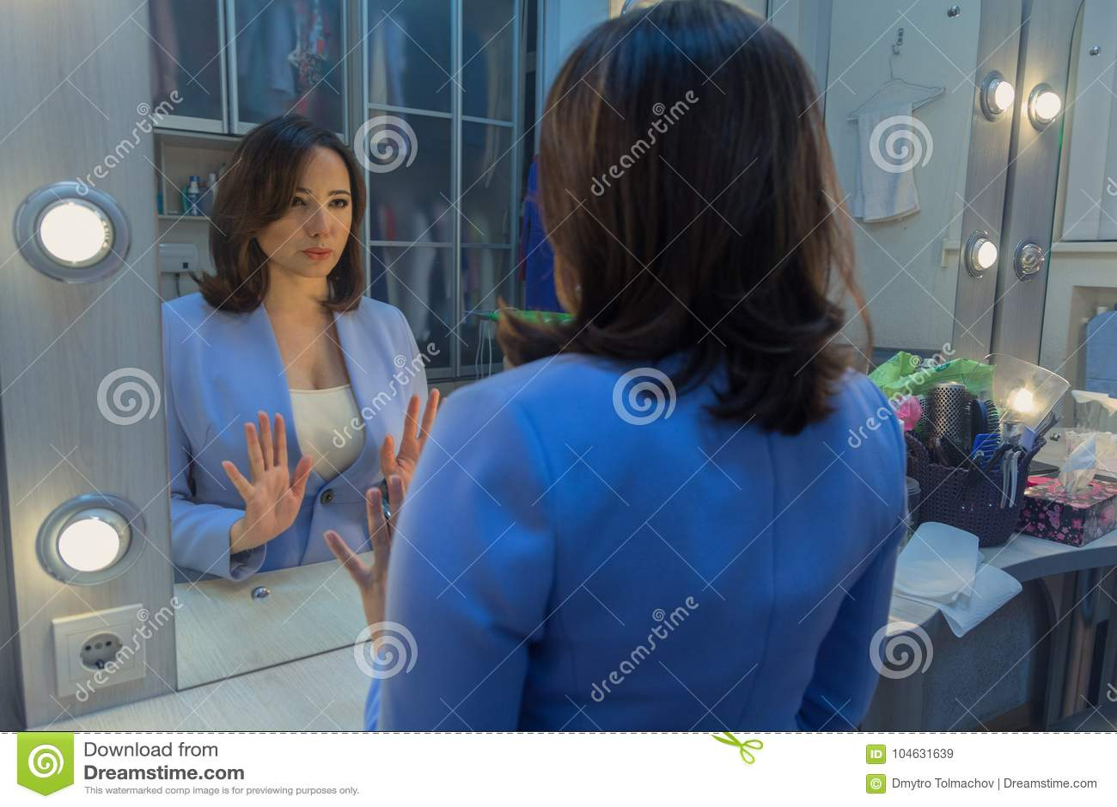 Download Vrouw Voor Een Spiegel In De Kleedkamer Stock Afbeelding - Afbeelding bestaande uit voorwerpen, voorzijde: 104631639