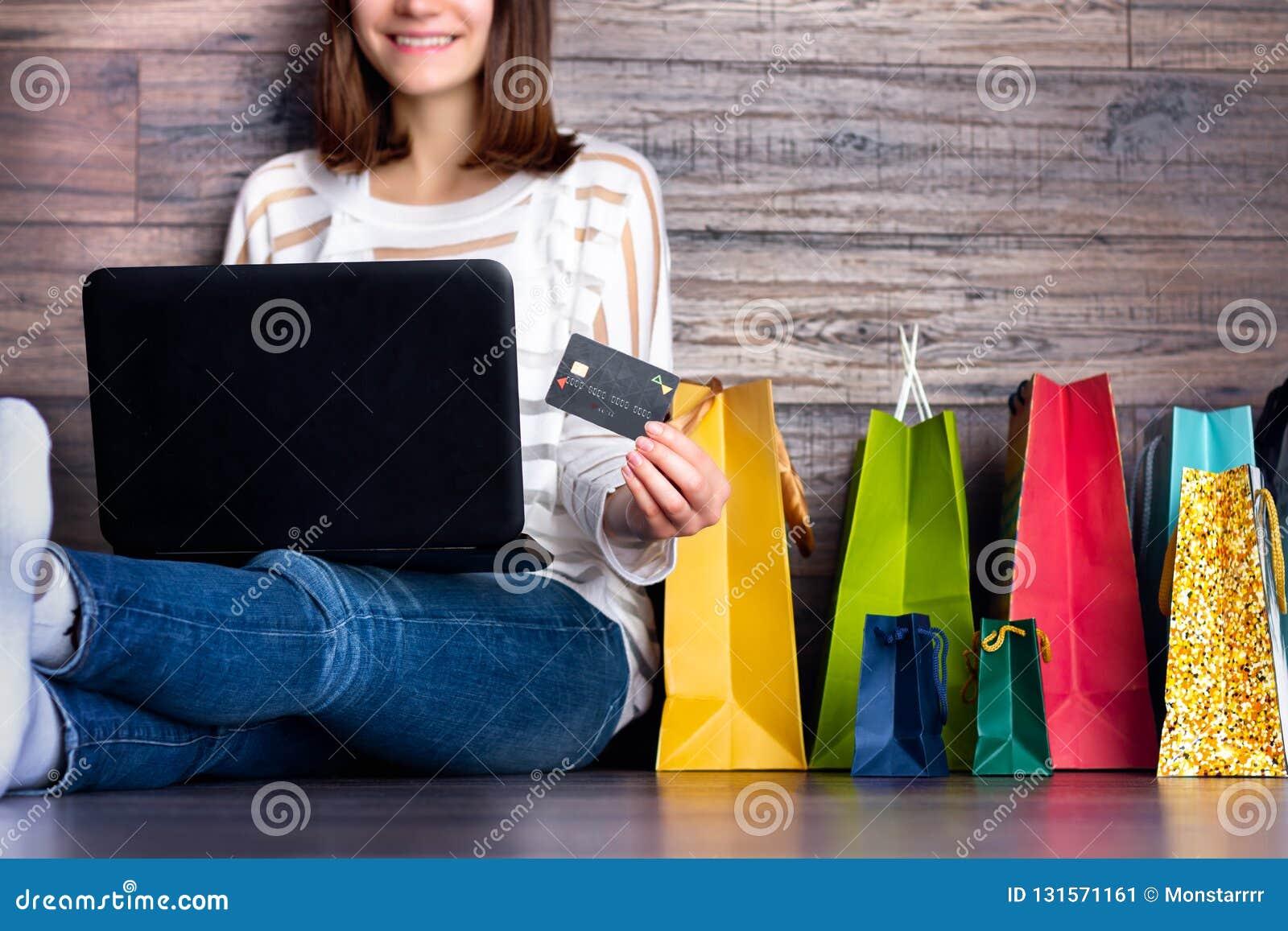 Vrouw vrouwelijke volwassen het glimlachen het kopen makende betaling op online de opslagwinkel van Internet van de manierdoek do
