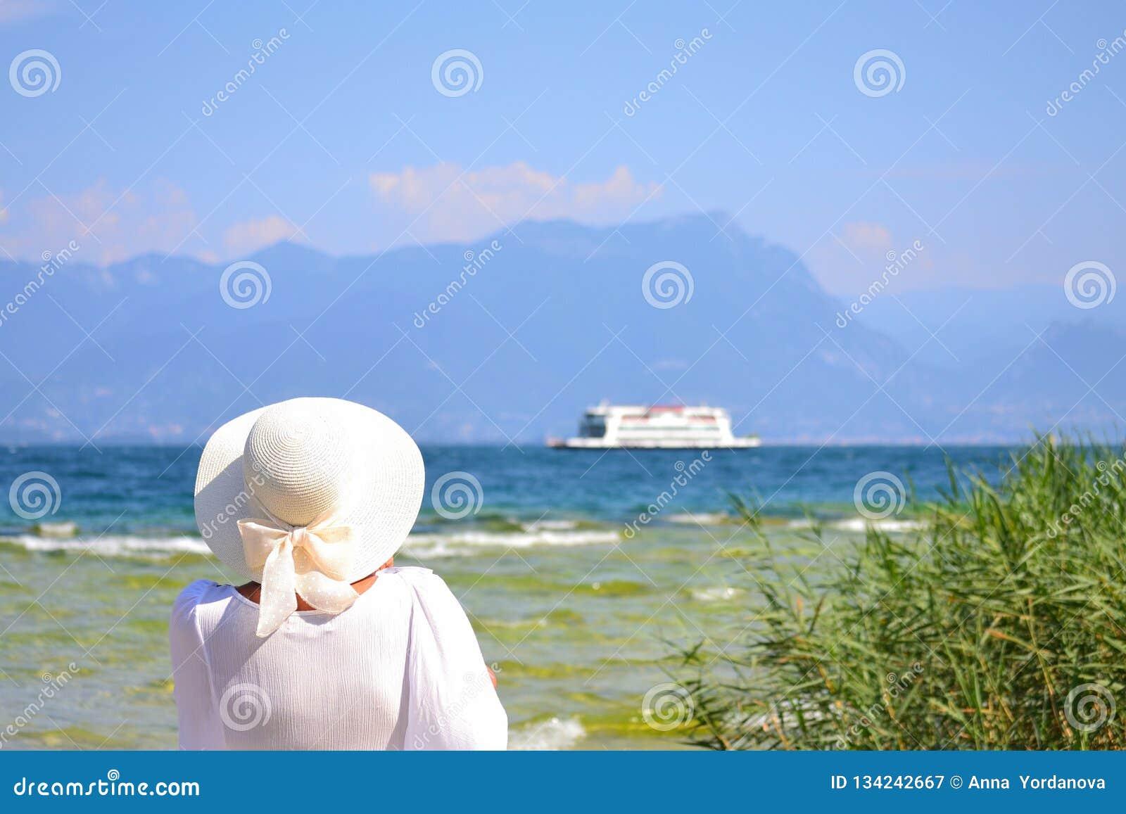 Vrouw in wit bij Garda-Meerkust Noordelijk Italië