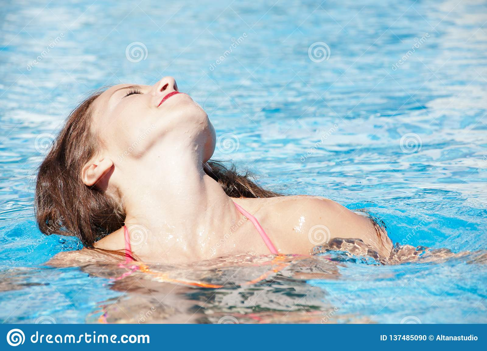 Vrouw in zwembad Caraïbische overzees dope Kuuroord in pool Meisje met rode lippen en nat haar Het strand van Miami is zonnig swa