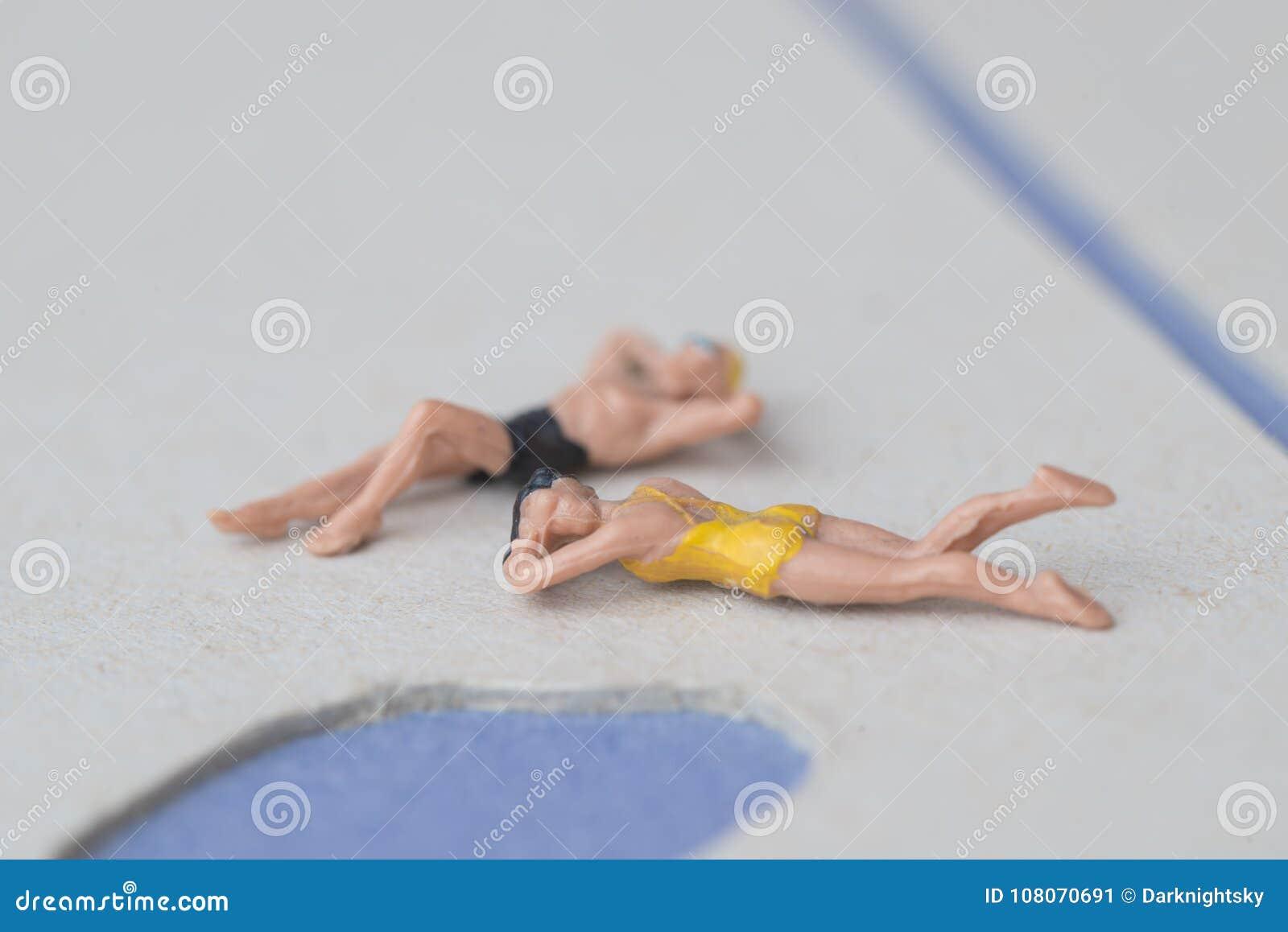 Vrouwelijk en Mannelijk Modelfigure bathing