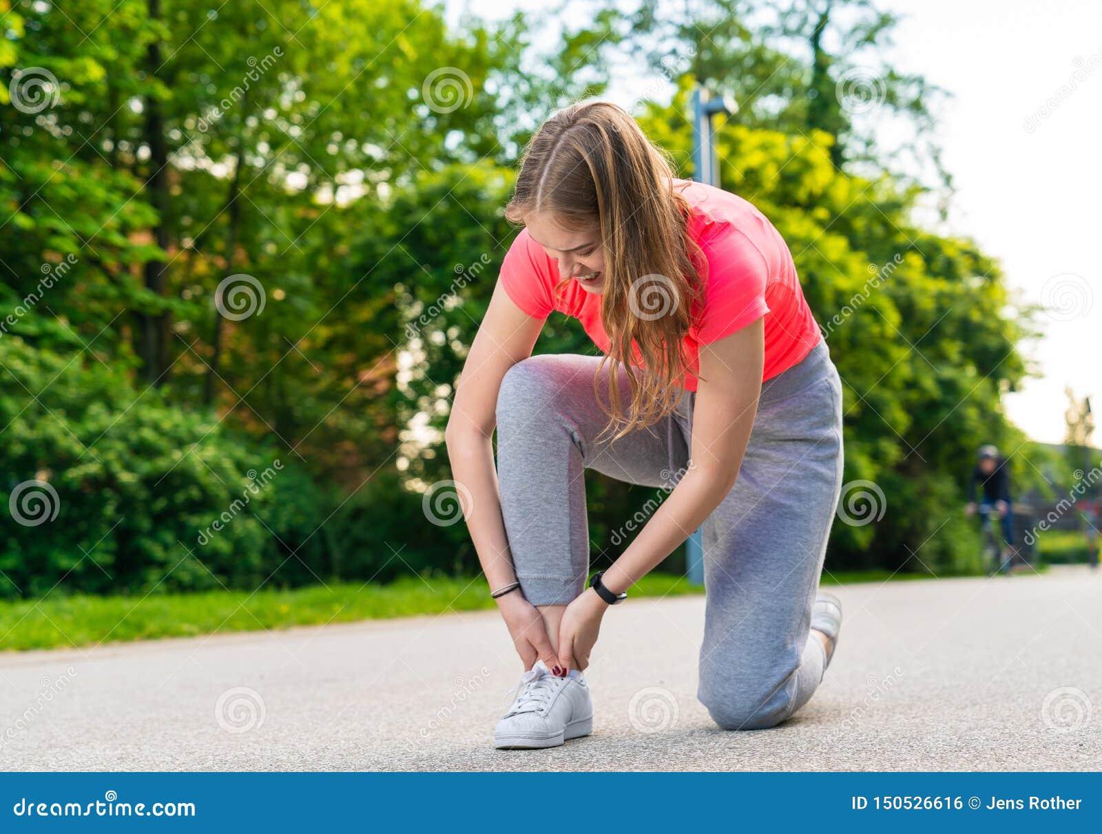 Vrouwelijk heeft jogger haar voet verwond en een pijn gehad
