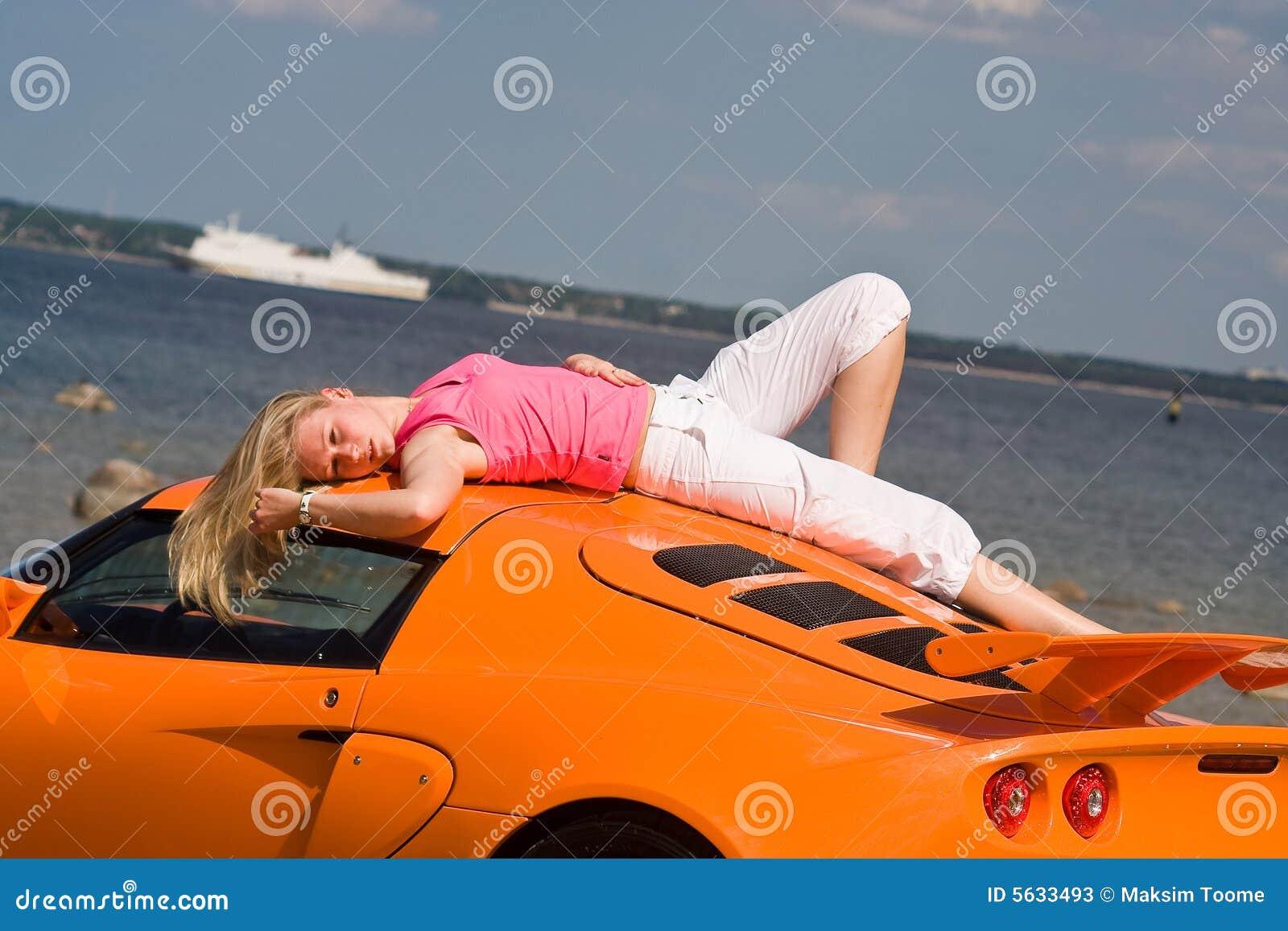 Vrouwelijk model en een auto