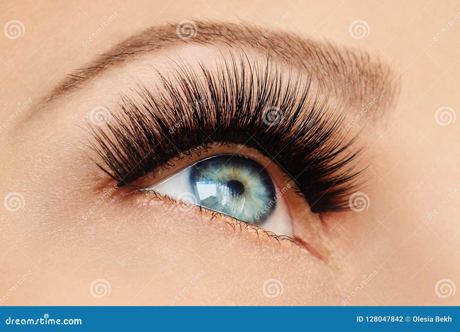 Vrouwelijk oog met extreme lange valse wimpers en zwarte voering Wimperuitbreidingen, samenstelling, schoonheidsmiddelen, schoonh