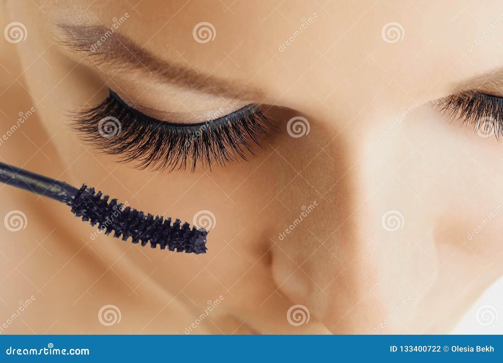 Vrouwelijk oog met extreme lange wimpers en borstel van mascara Samenstelling, schoonheidsmiddelen, schoonheid