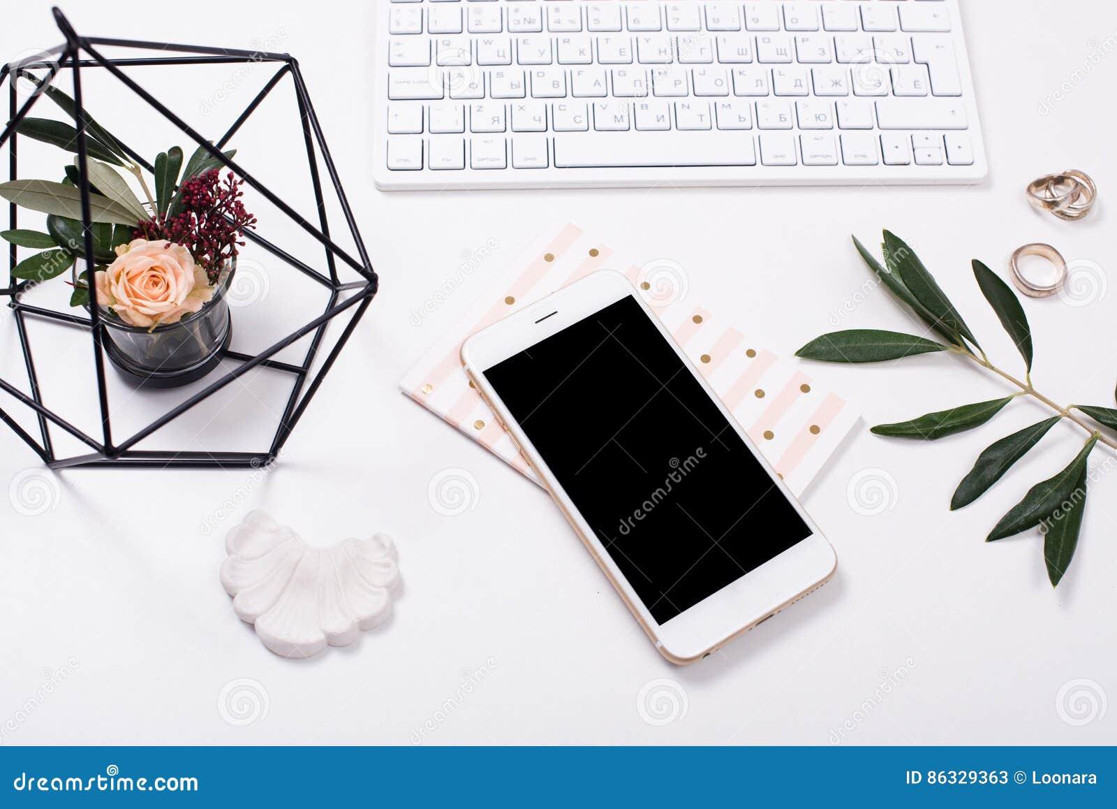 Vrouwelijk tafelblad flatlay met smartphonemodel