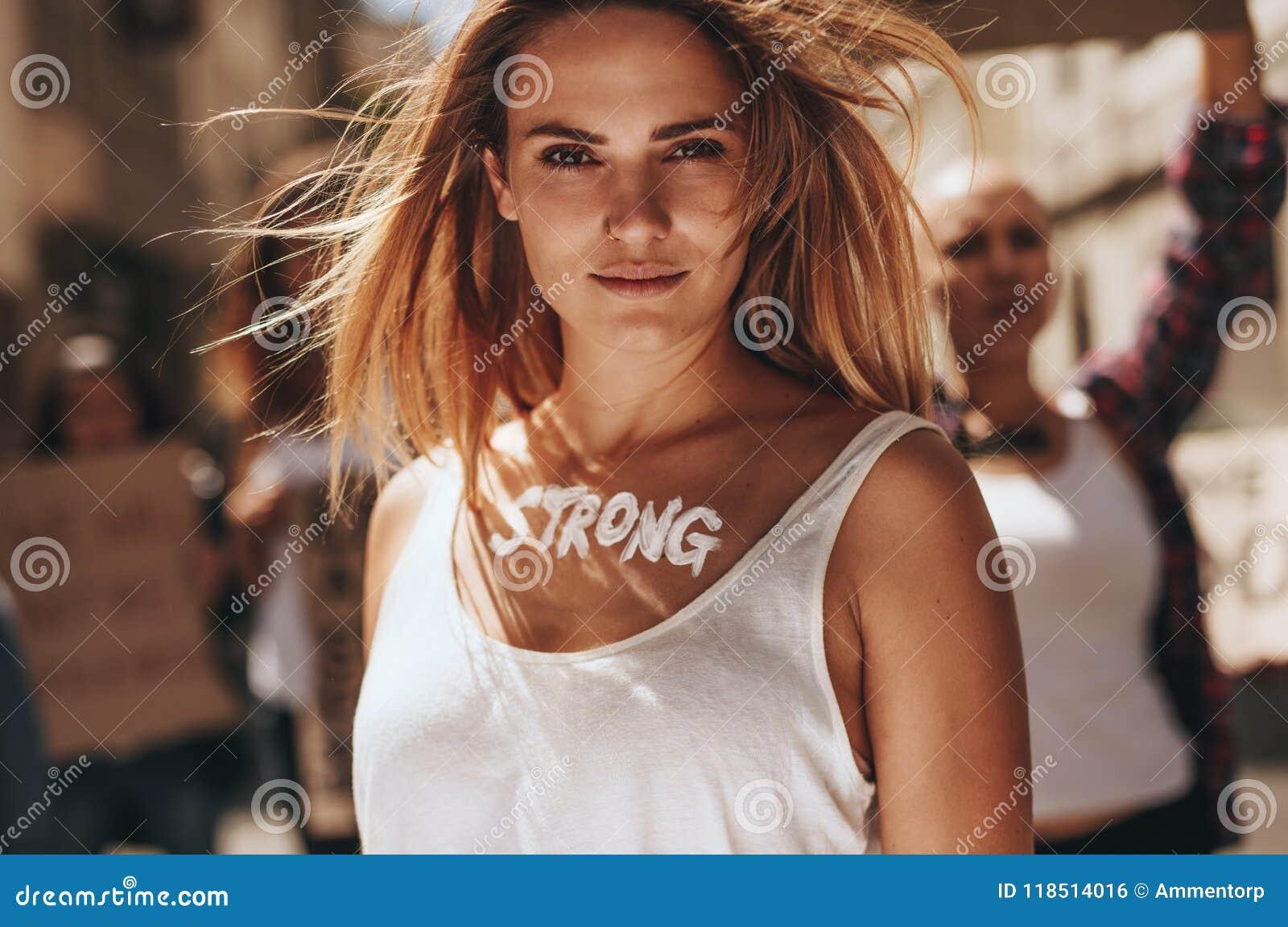 Vrouwelijke aantonende sterkte van vrouwen