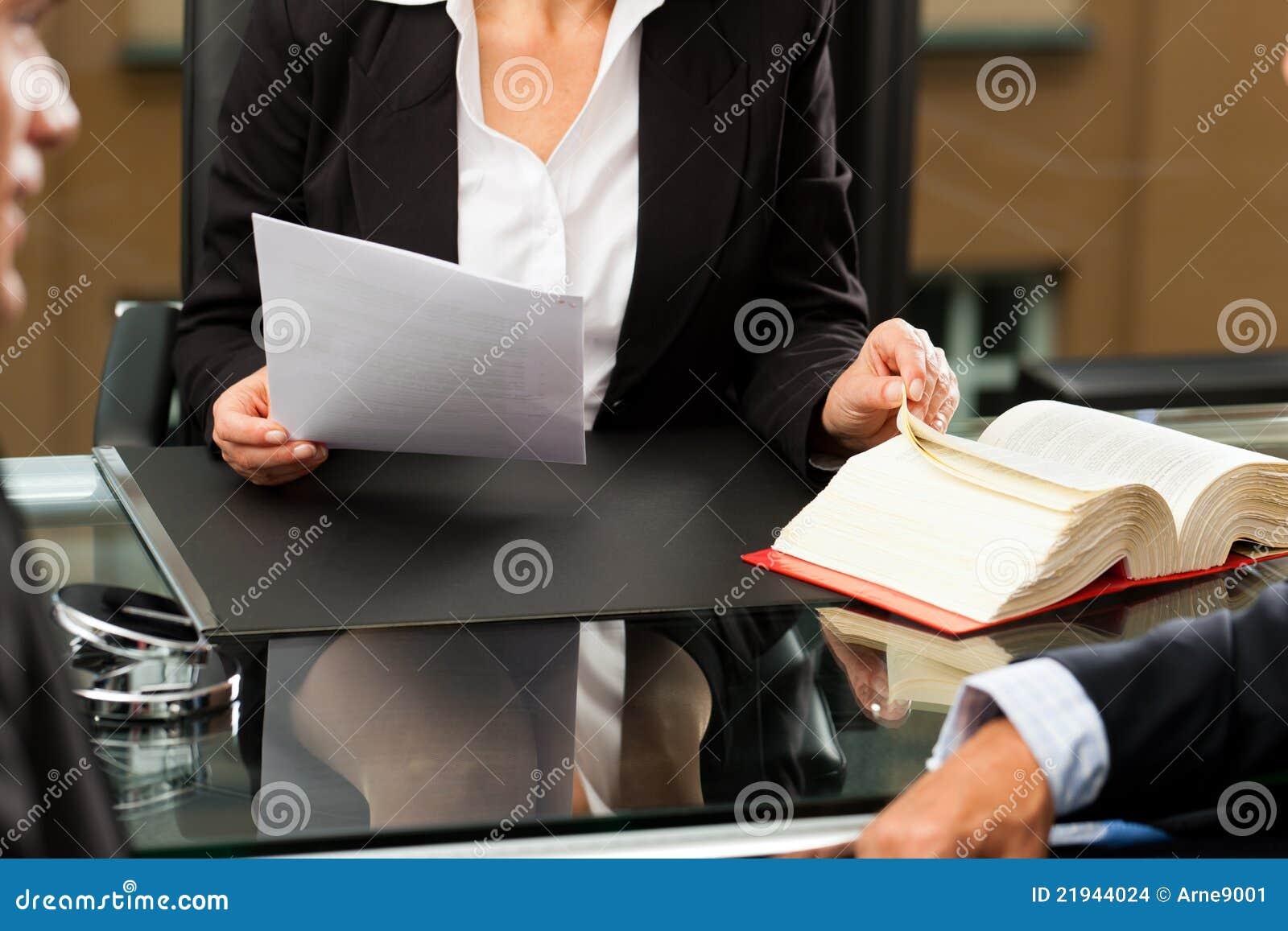 Vrouwelijke Advocaat of notaris in haar bureau