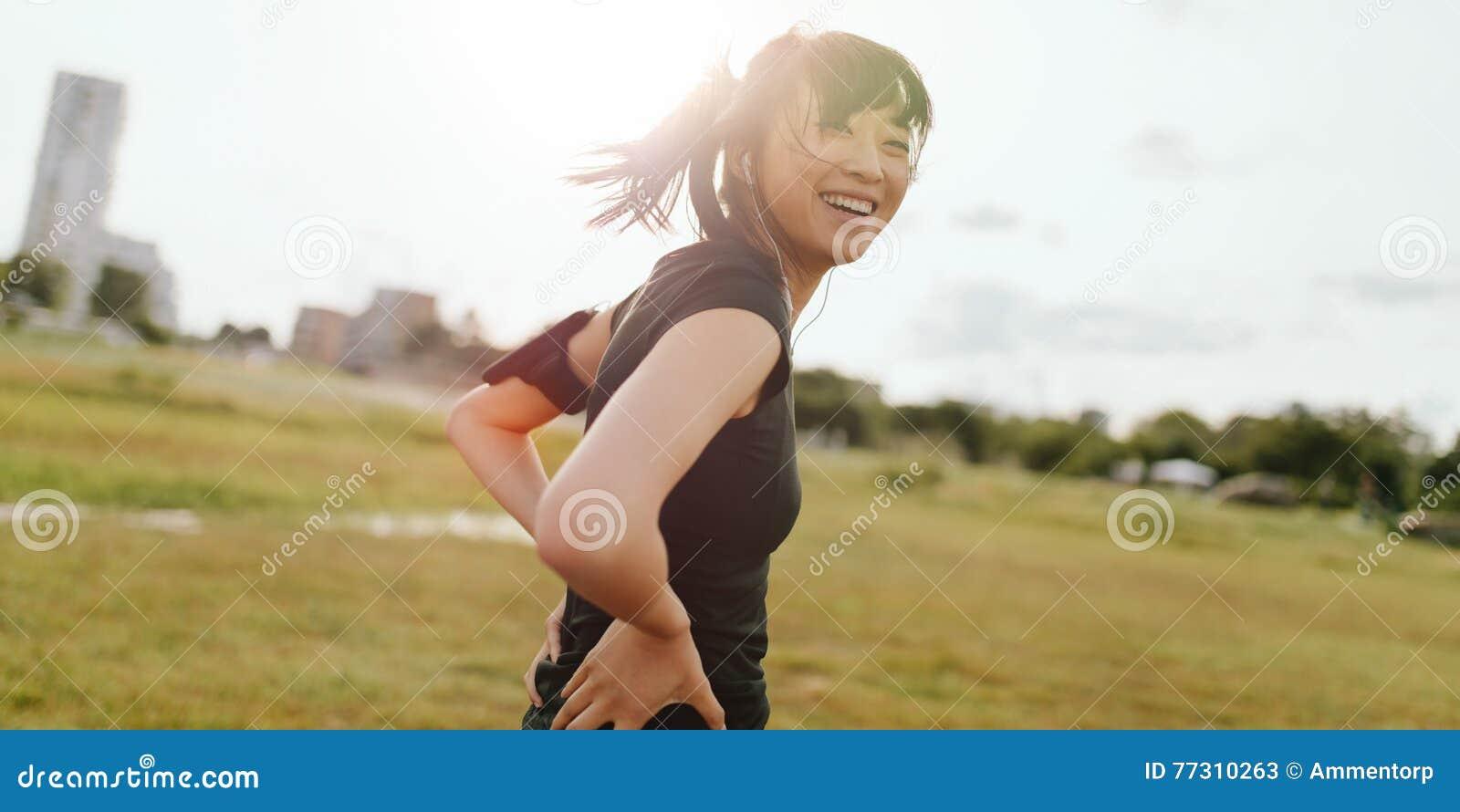 Vrouwelijke agent die op gebied in ochtend lachen