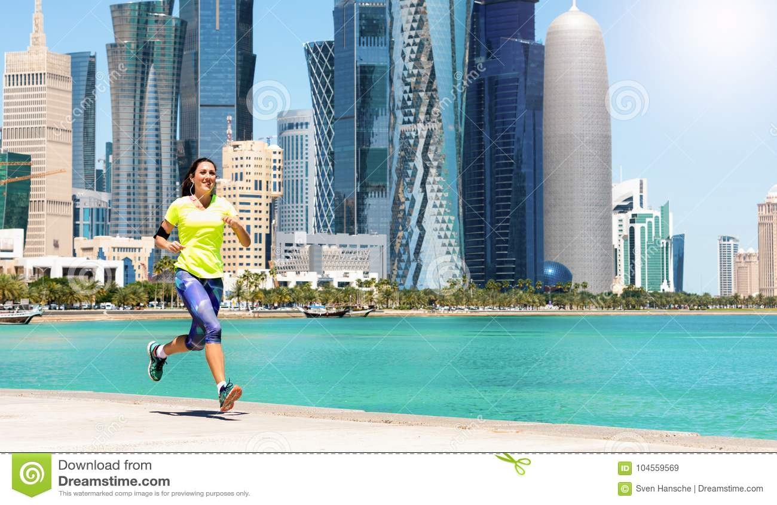 Vrouwelijke agent op de Corniche-Straat