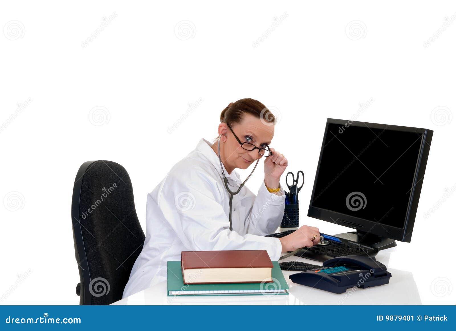 Vrouwelijke arts in bureau