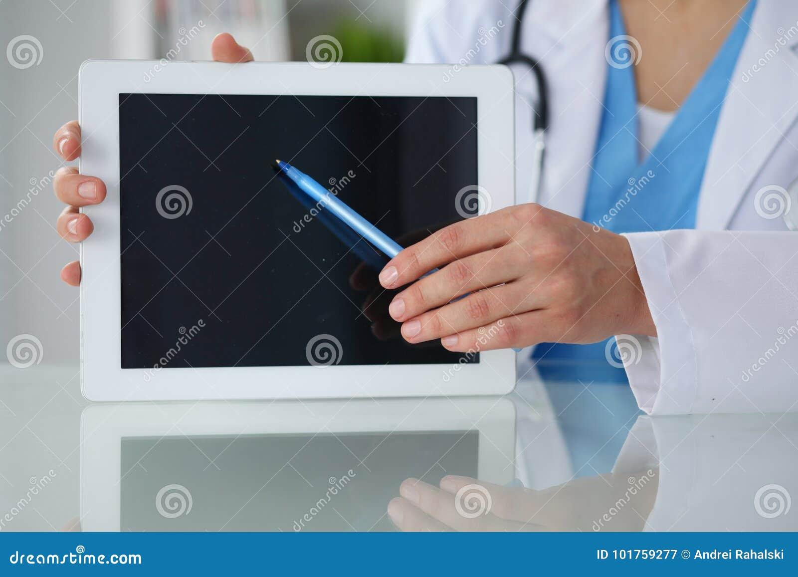 Vrouwelijke arts die in tabletcomputer richten, close-up van handen Arts klaar om patiënt te onderzoeken en te helpen geneeskunde