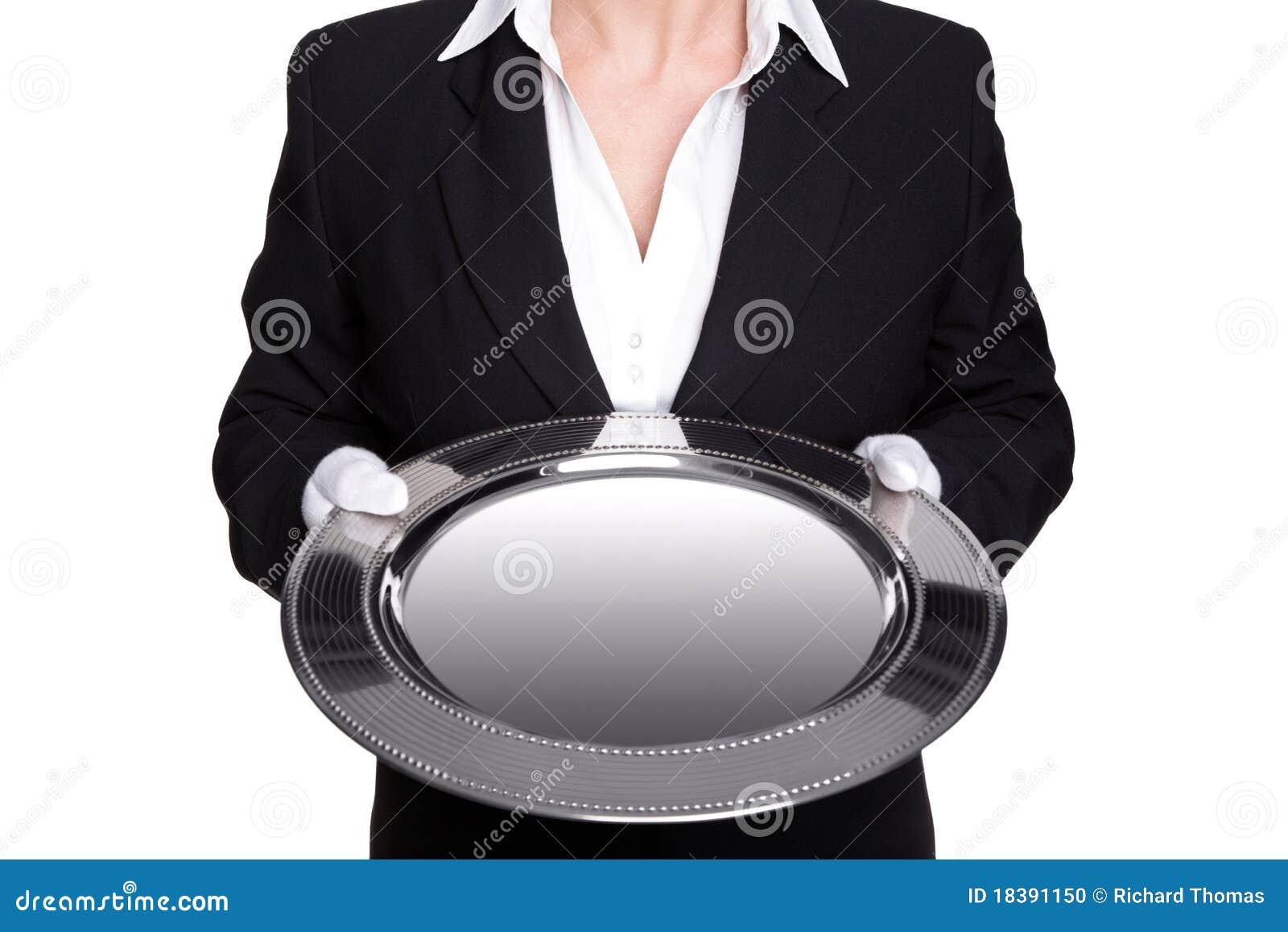 Vrouwelijke butler die een zilveren dienblad geïsoleerdi houdt.