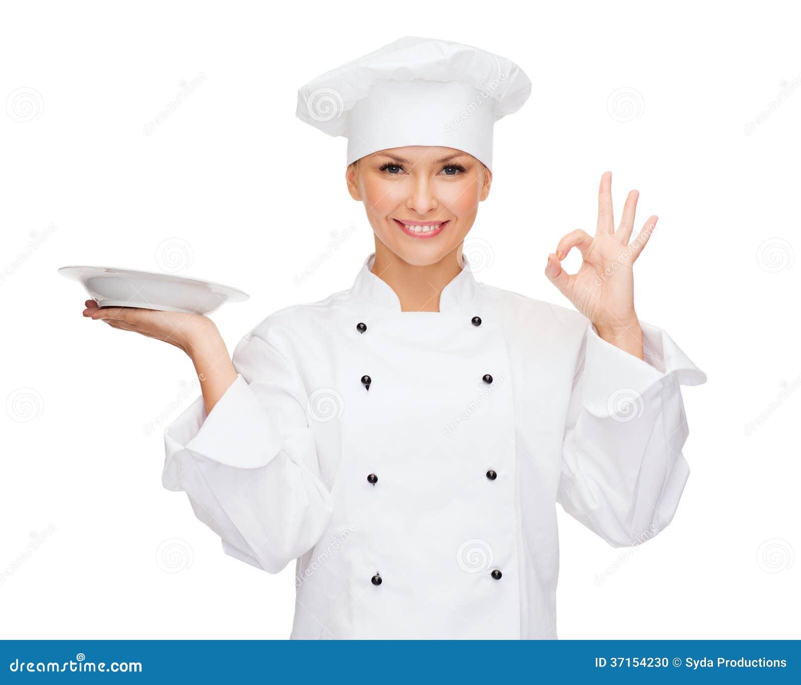 Vrouwelijke chef-kok met lege plaat die o.k. teken tonen
