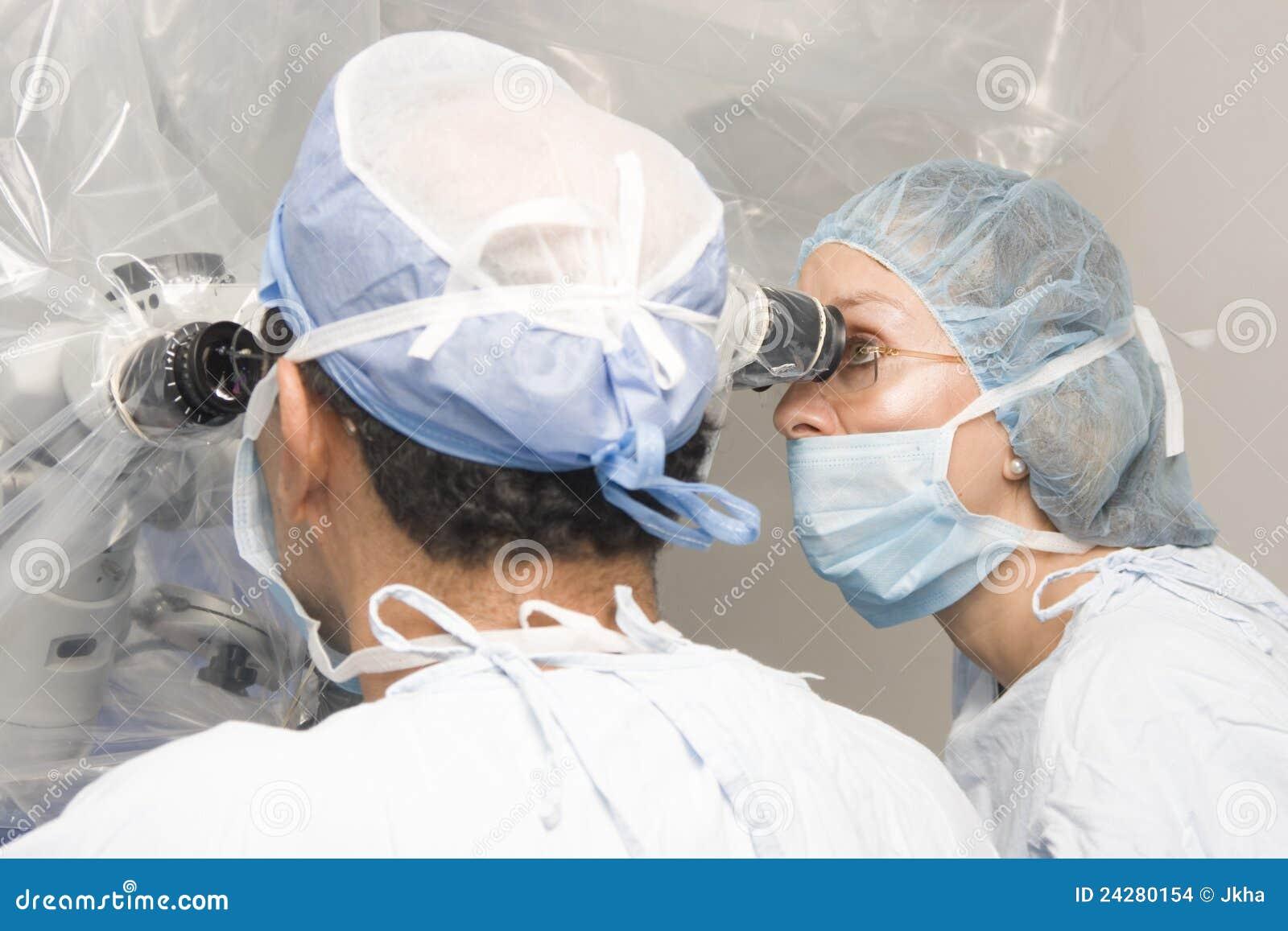 Vrouwelijke en Mannelijke Chirurgen die het Werken gebruiken