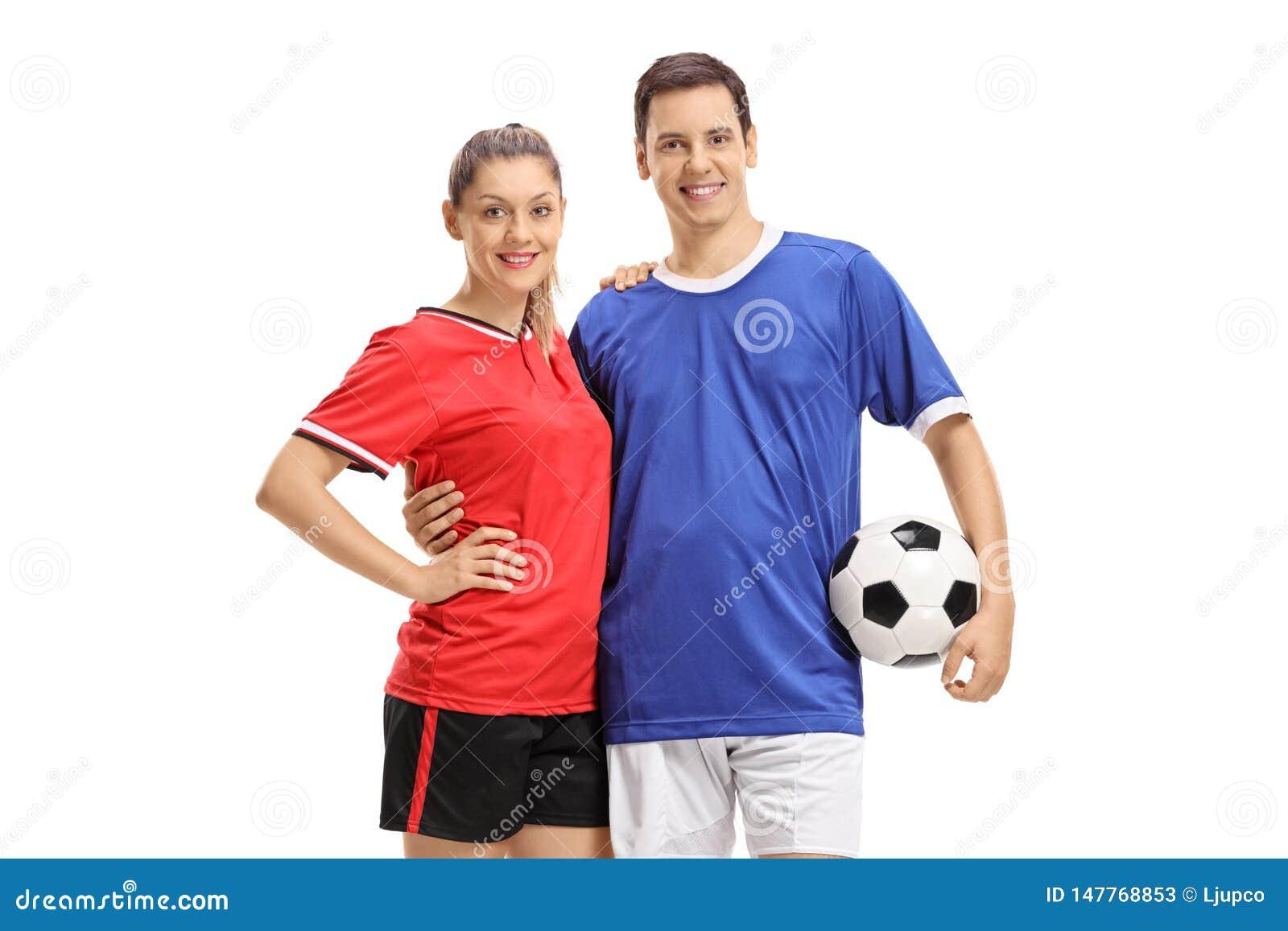 Vrouwelijke en mannelijke voetballers met een voetbal