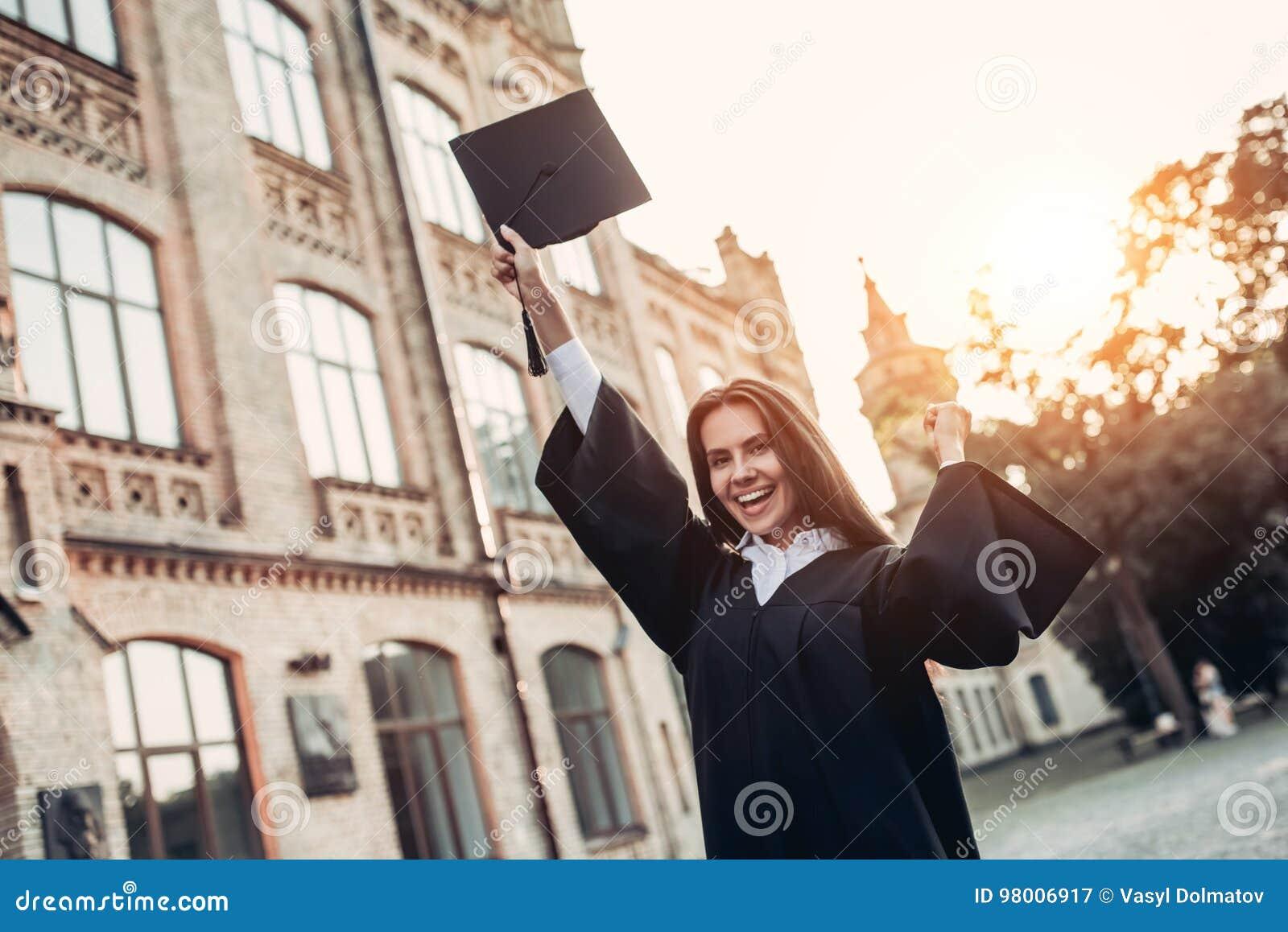 Vrouwelijke gediplomeerde dichtbij universiteit