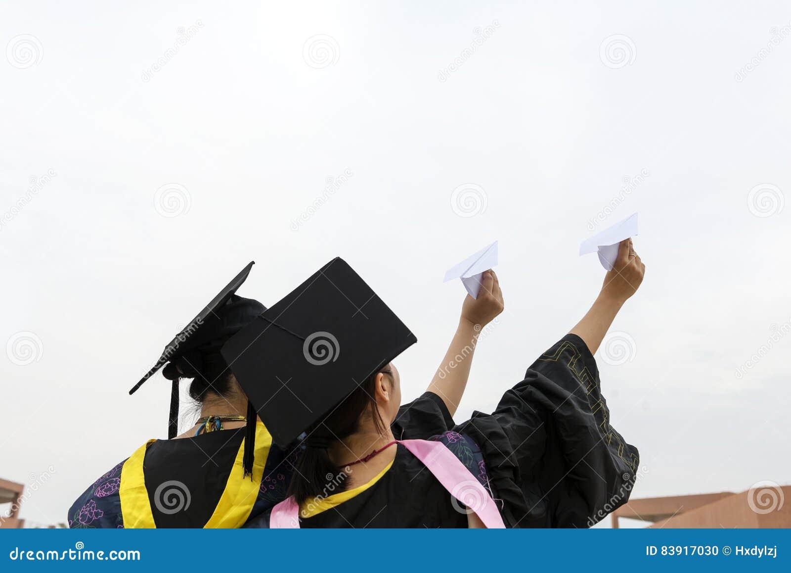Vrouwelijke gediplomeerde dragende graduatietoga