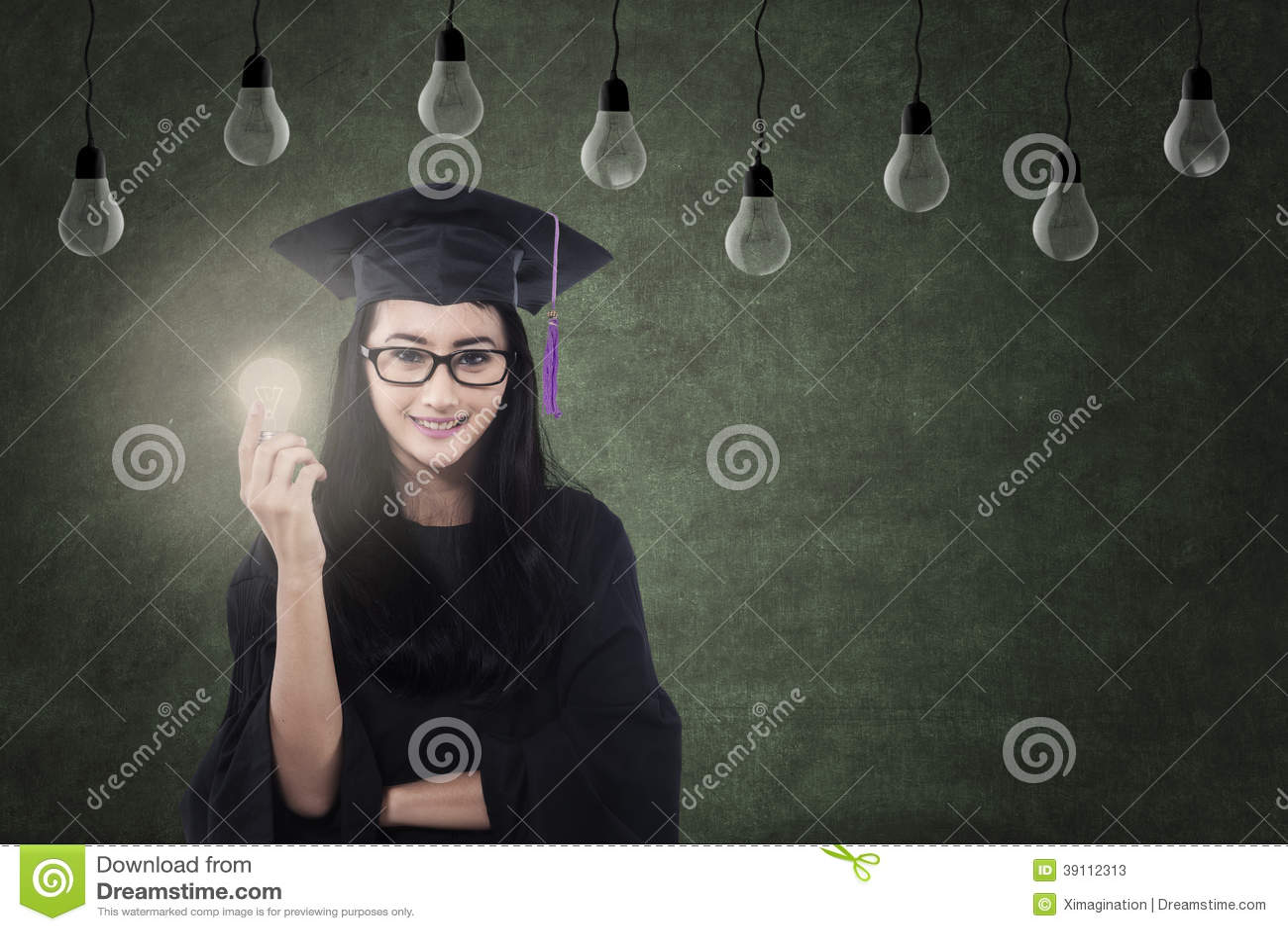 Vrouwelijke gediplomeerde holdings gloeilamp onder lampen