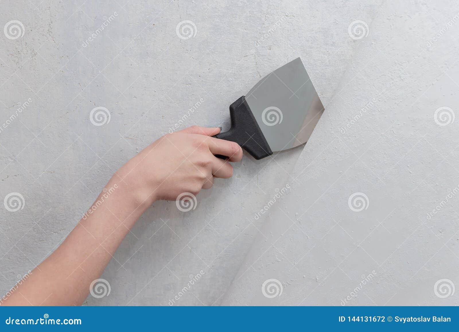 Vrouwelijke hand die een spatel houden