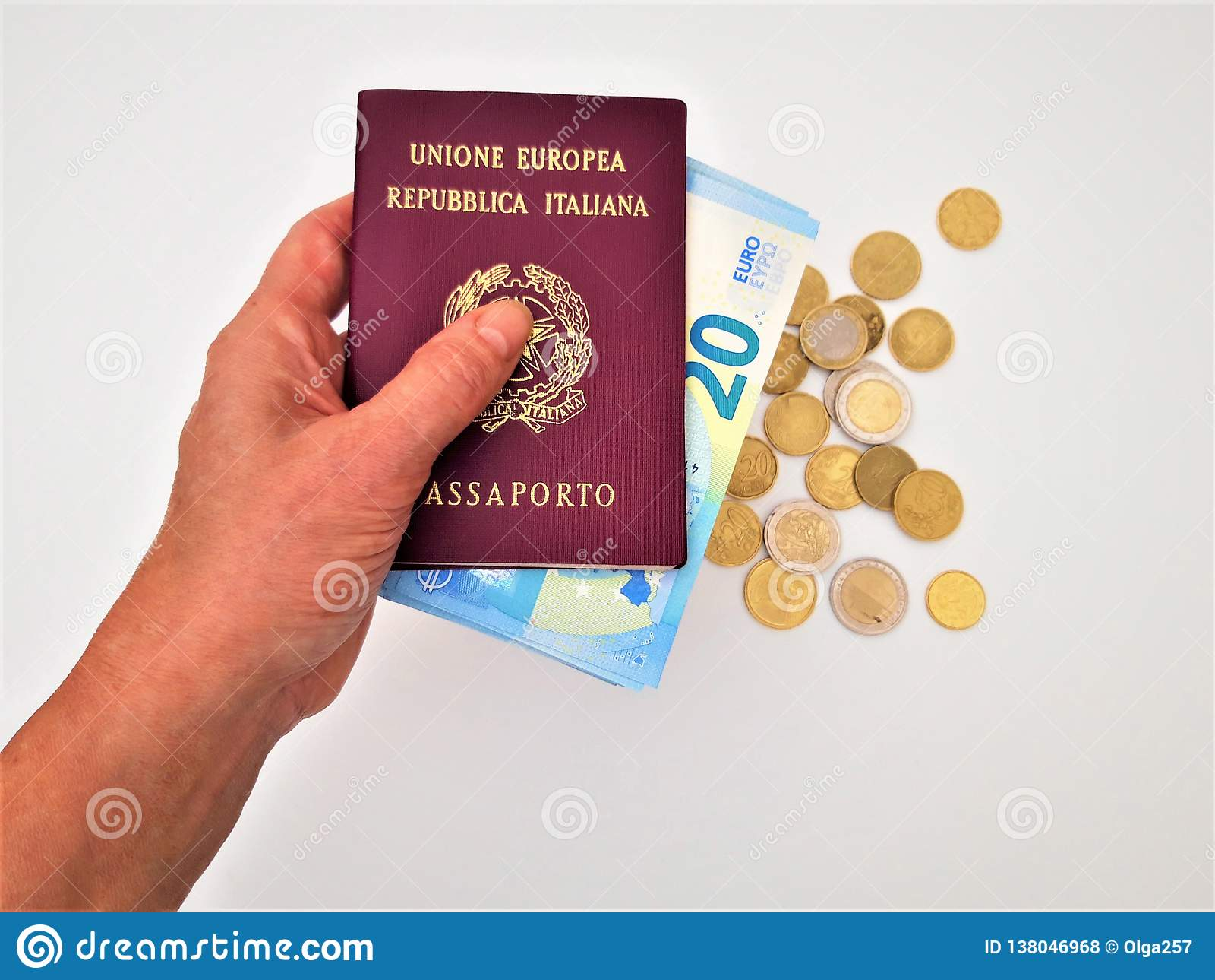 Vrouwelijke hand die twee Italiaanse paspoorten houden