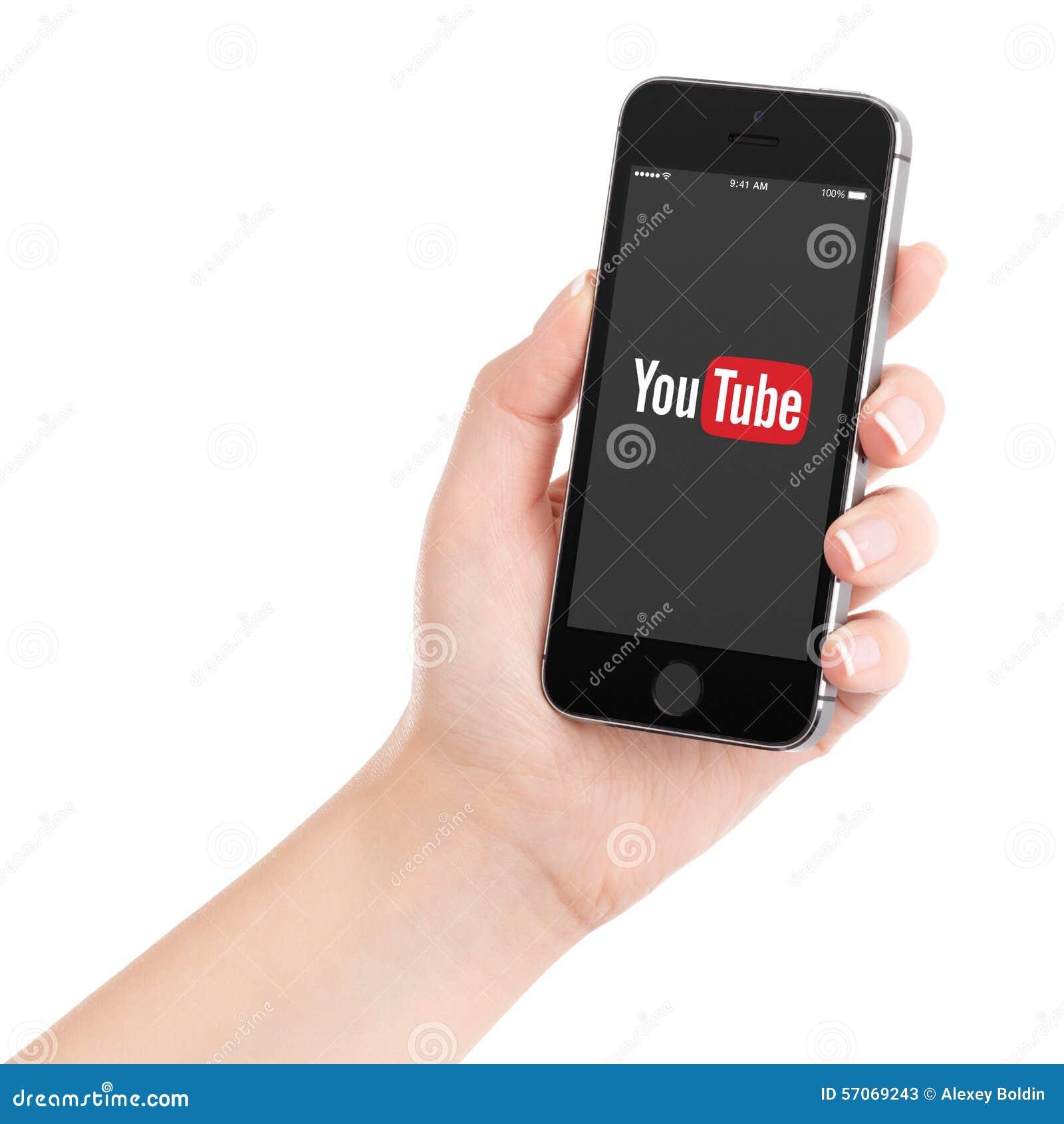Vrouwelijke hand die zwarte Apple-iPhone 5s met het embleem van YouTube houden app