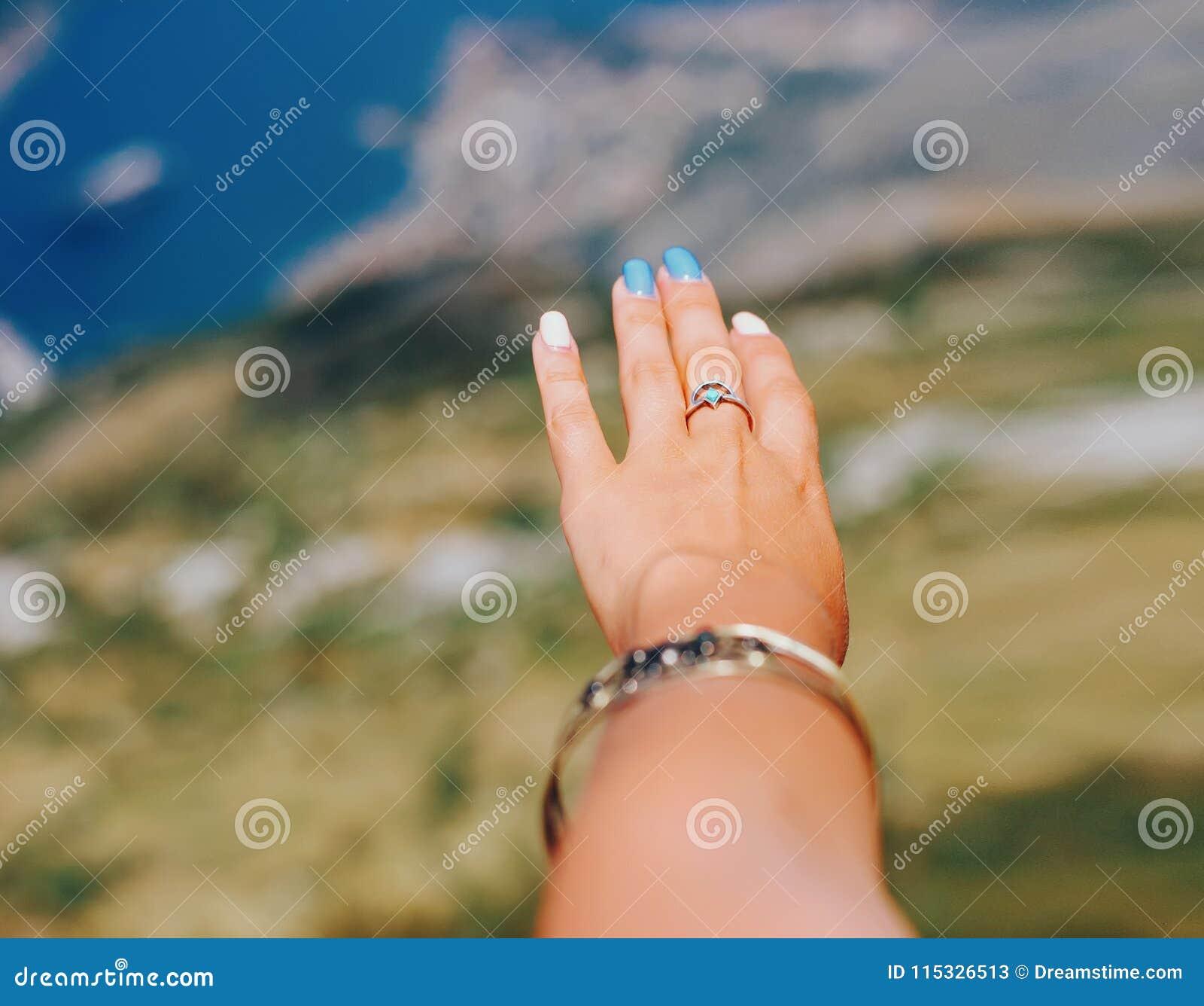 Vrouwelijke hand op baai de achtergrond van Kotor