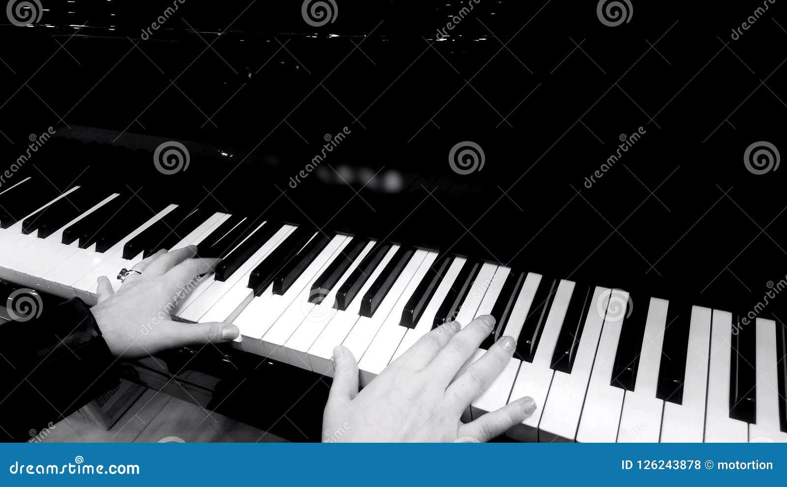 Vrouwelijke handen die piano, overleg spelen van klassieke muziek, zwart-witte close-up