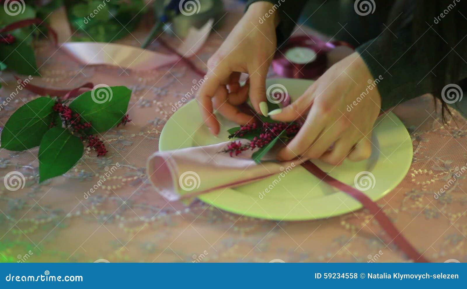 Vrouwelijke handen die servetten vouwen kelner die servet ...