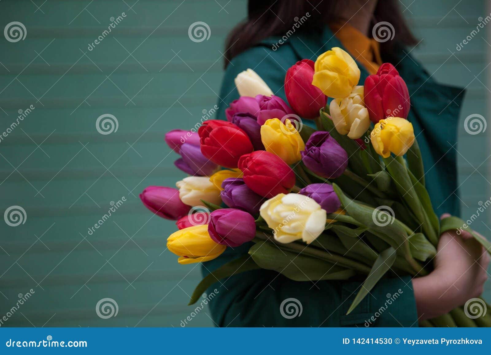 Vrouwelijke handen met een boeket van bloemen