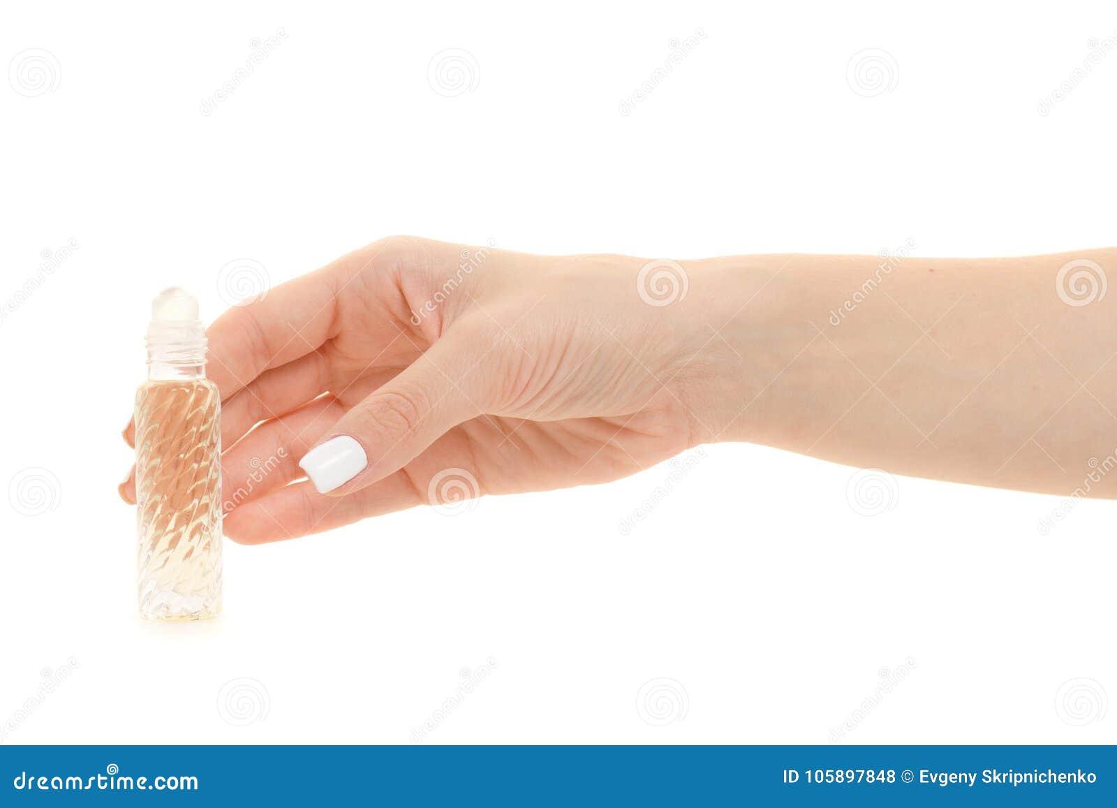 Vrouwelijke handen met geparfumeerd rolparfum