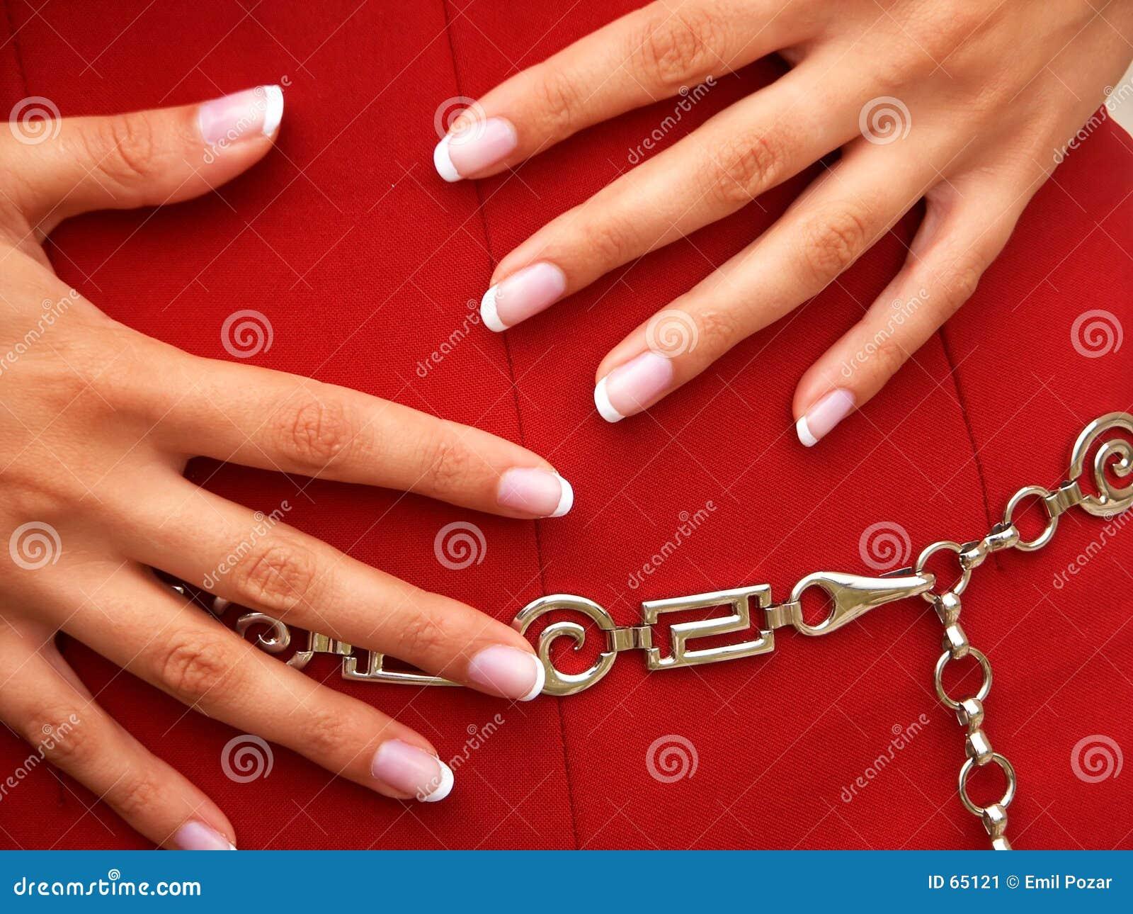 Vrouwelijke handen op rode rok