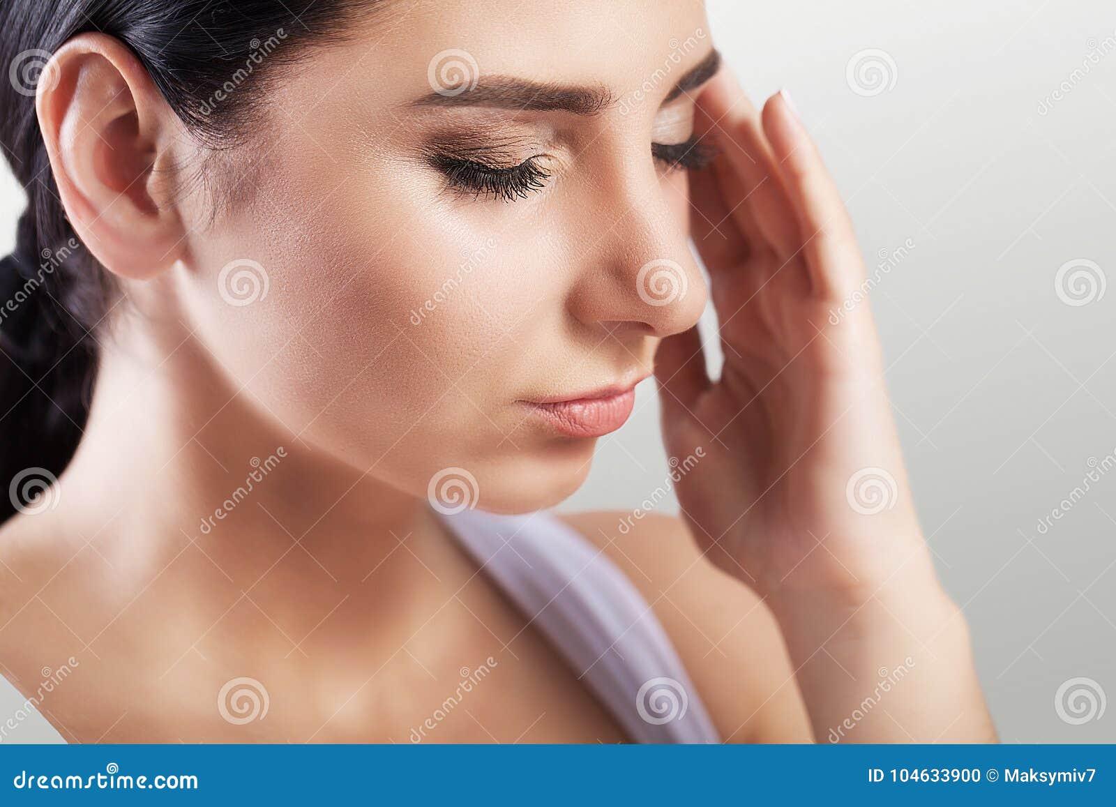 Download Vrouwelijke Hoofdpijn Pijnlijk Gevoel In Mijn Hoofd Na Een Harde Werkdag Mygreen Het Concept Gezondheid Op Een Grijze Achtergrond Stock Foto - Afbeelding bestaande uit beklemtoond, hoogtepunt: 104633900