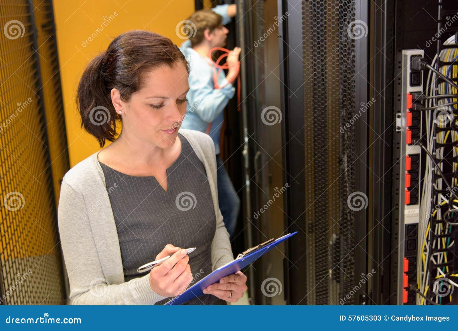 Vrouwelijke ingenieur in datacenter