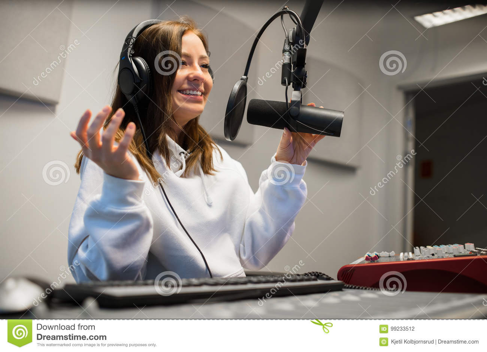 Vrouwelijke Jockey Communicating On Microphone in Radiostudio