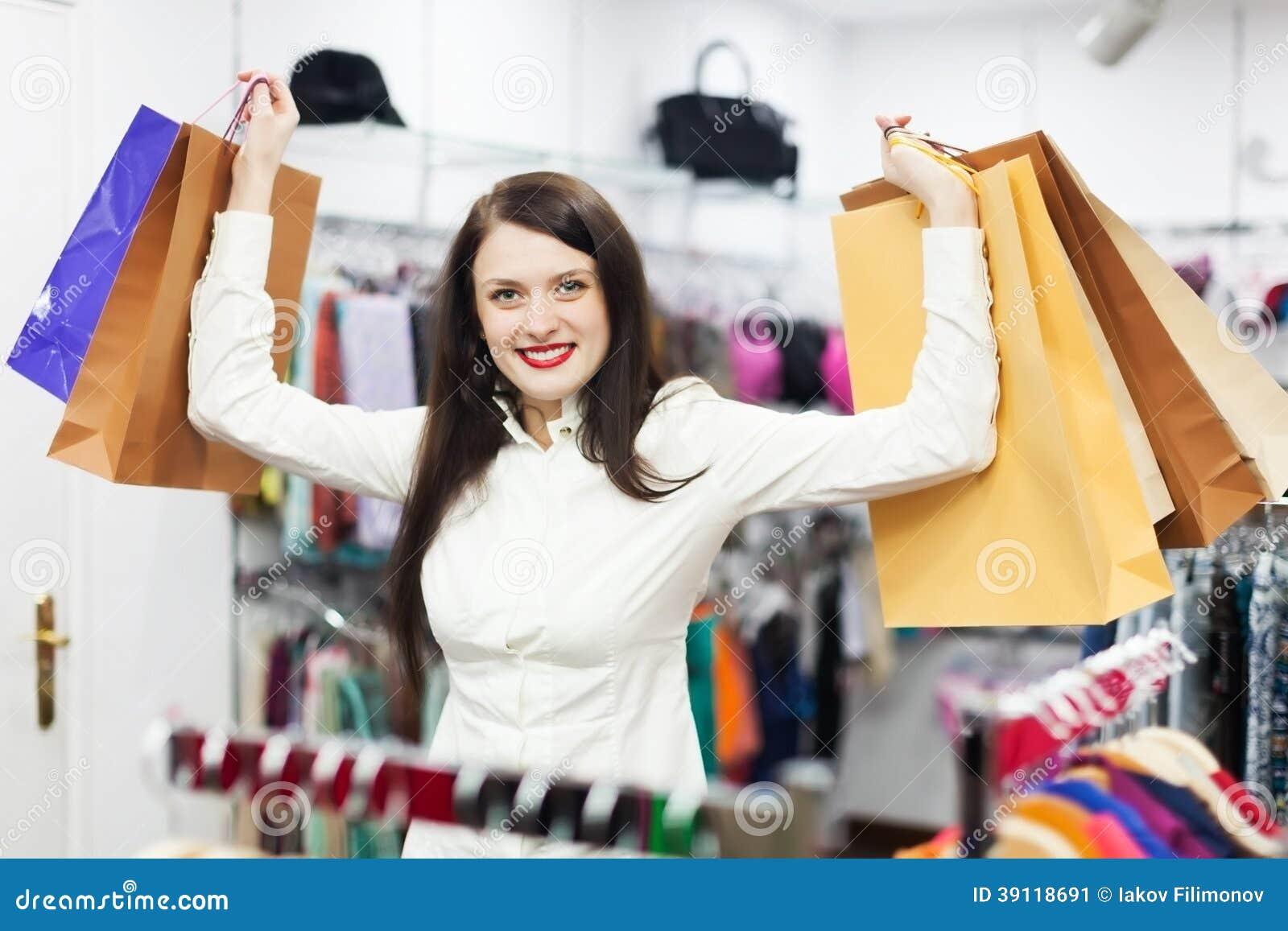 Vrouwelijke klant bij kledingsopslag