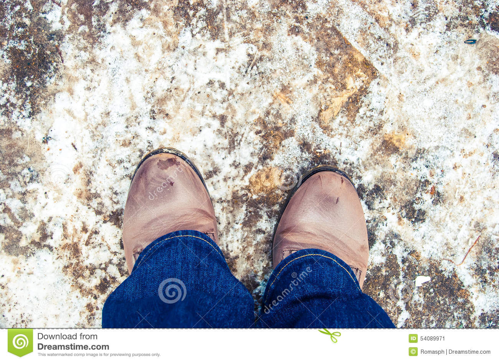 Vrouwelijke laarzen op de asfaltweg