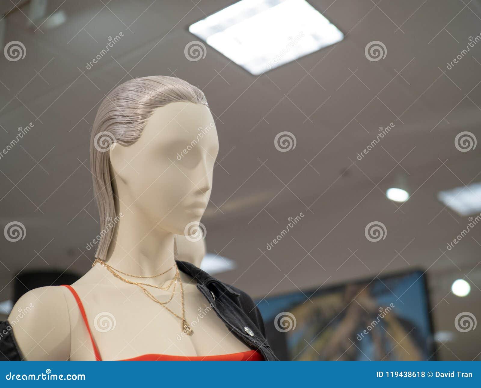 Vrouwelijke ledenpoppen die leerjasje en halsband in departm dragen