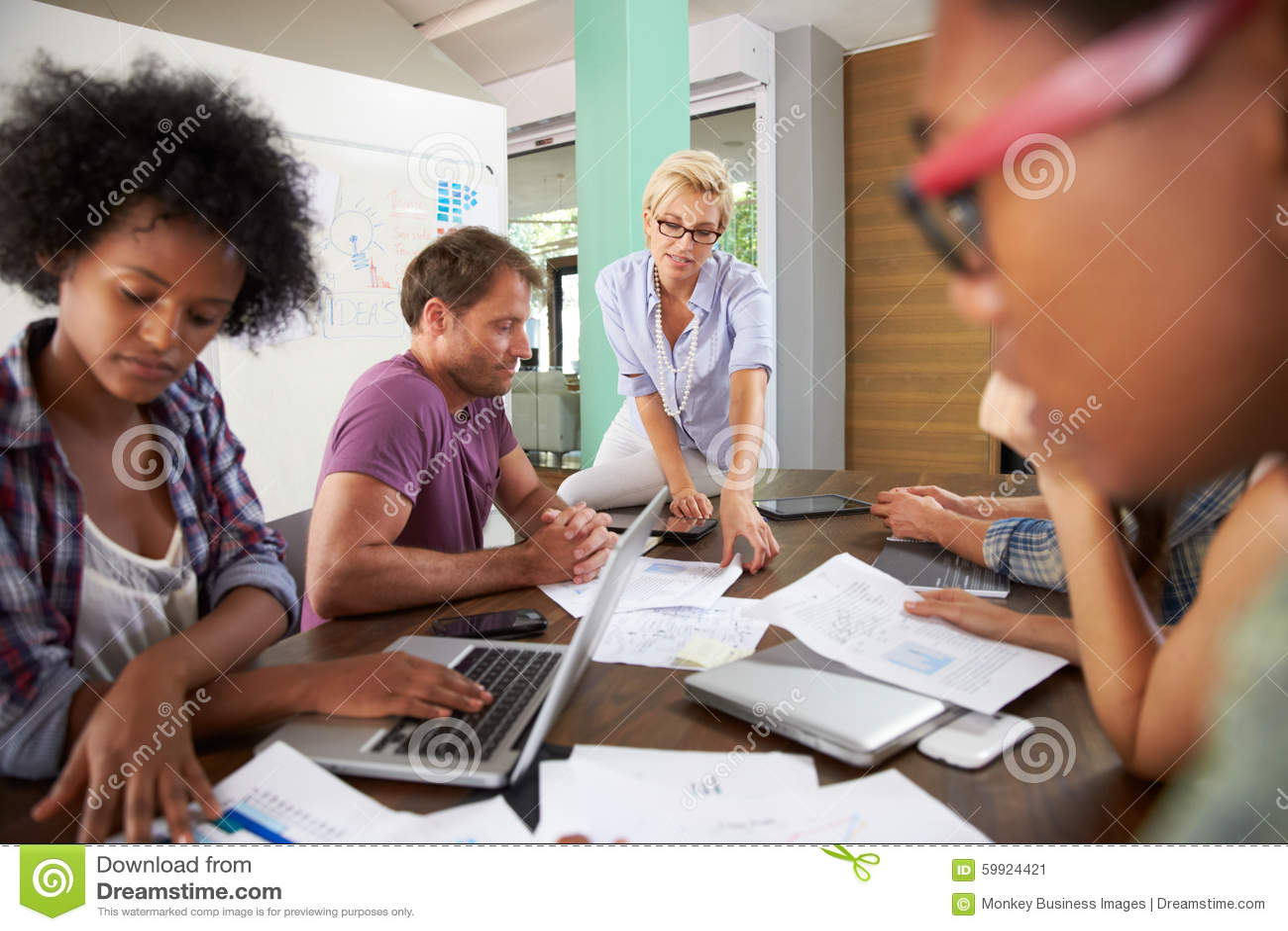 Vrouwelijke Manager Leading Brainstorming Meeting in Bureau