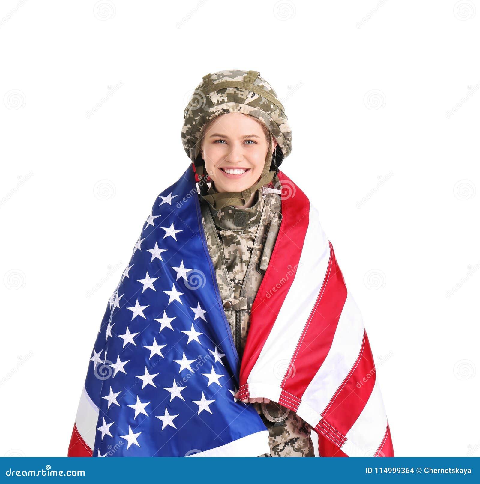 Vrouwelijke militair met Amerikaanse vlag