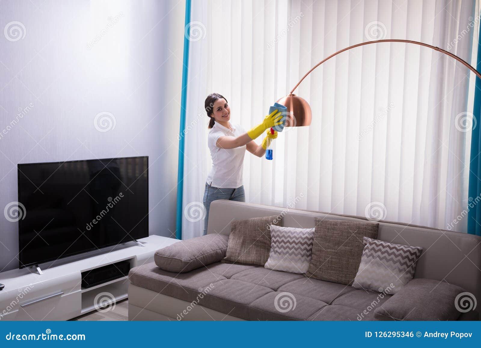 Vrouwelijke Portier Cleaning Electric Light