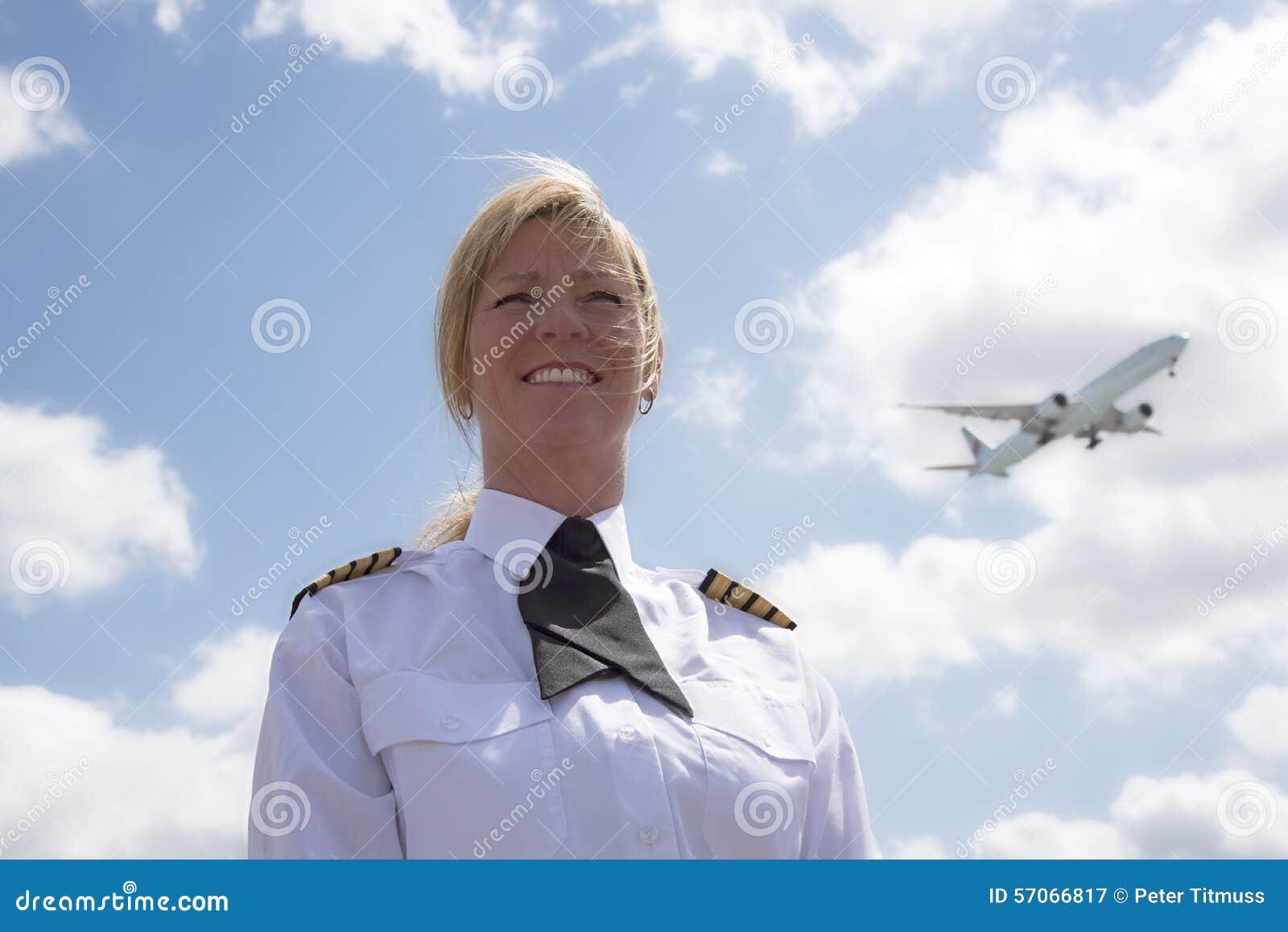 Vrouwelijke proef met een voorbijgaande passagiersstraal in hemel