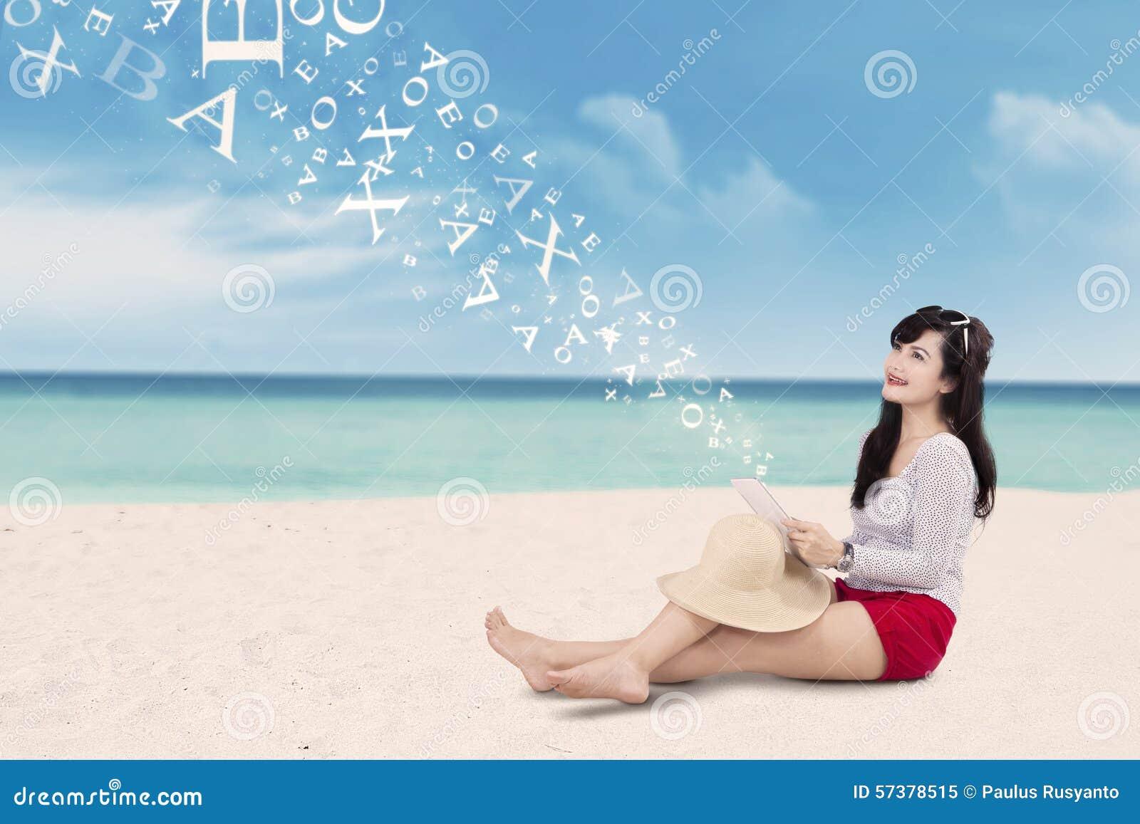 Vrouwelijke reiziger met tablet bij kust
