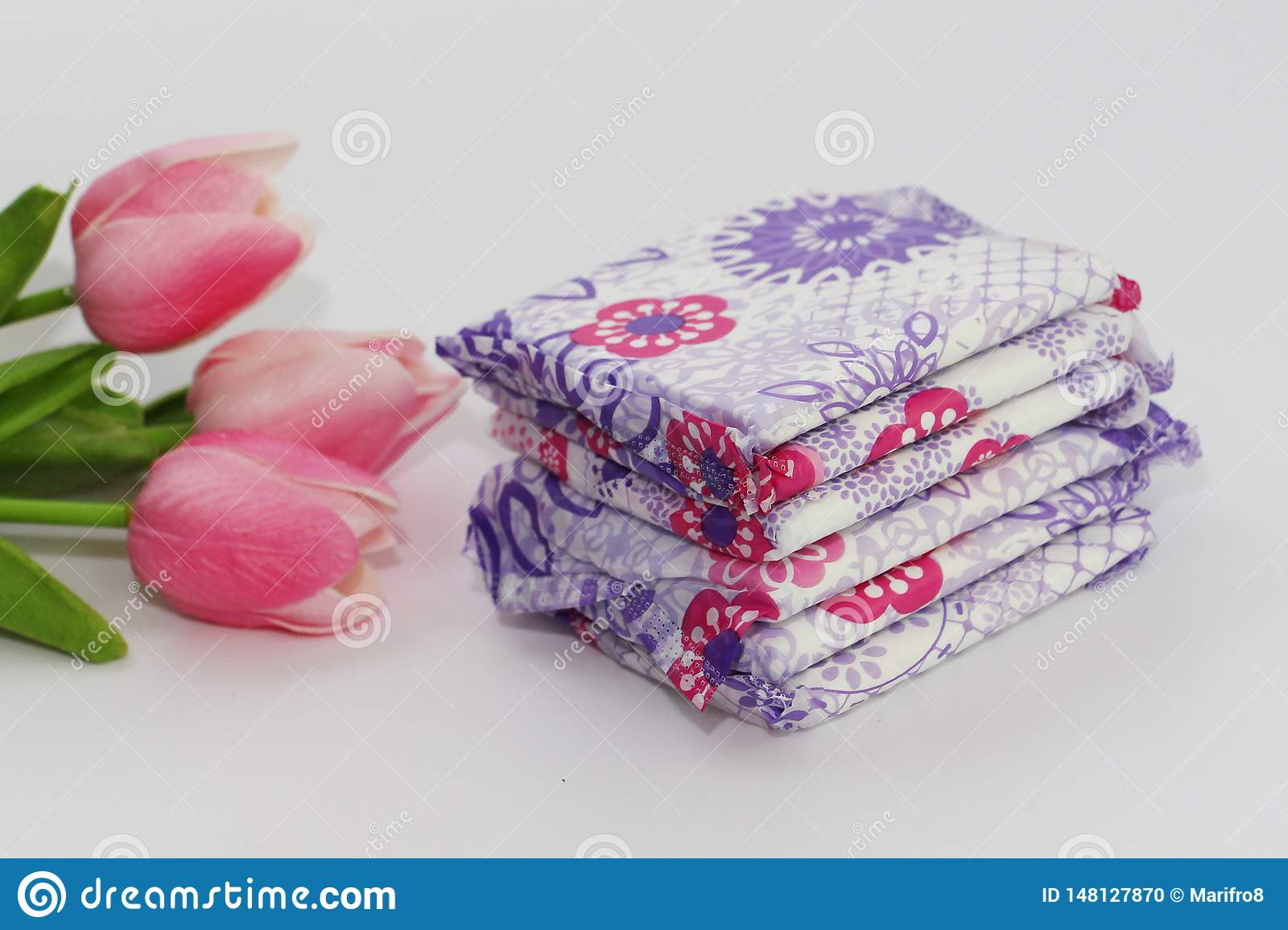 Vrouwelijke sanitaire stootkussens in het pakket op een witte achtergrond