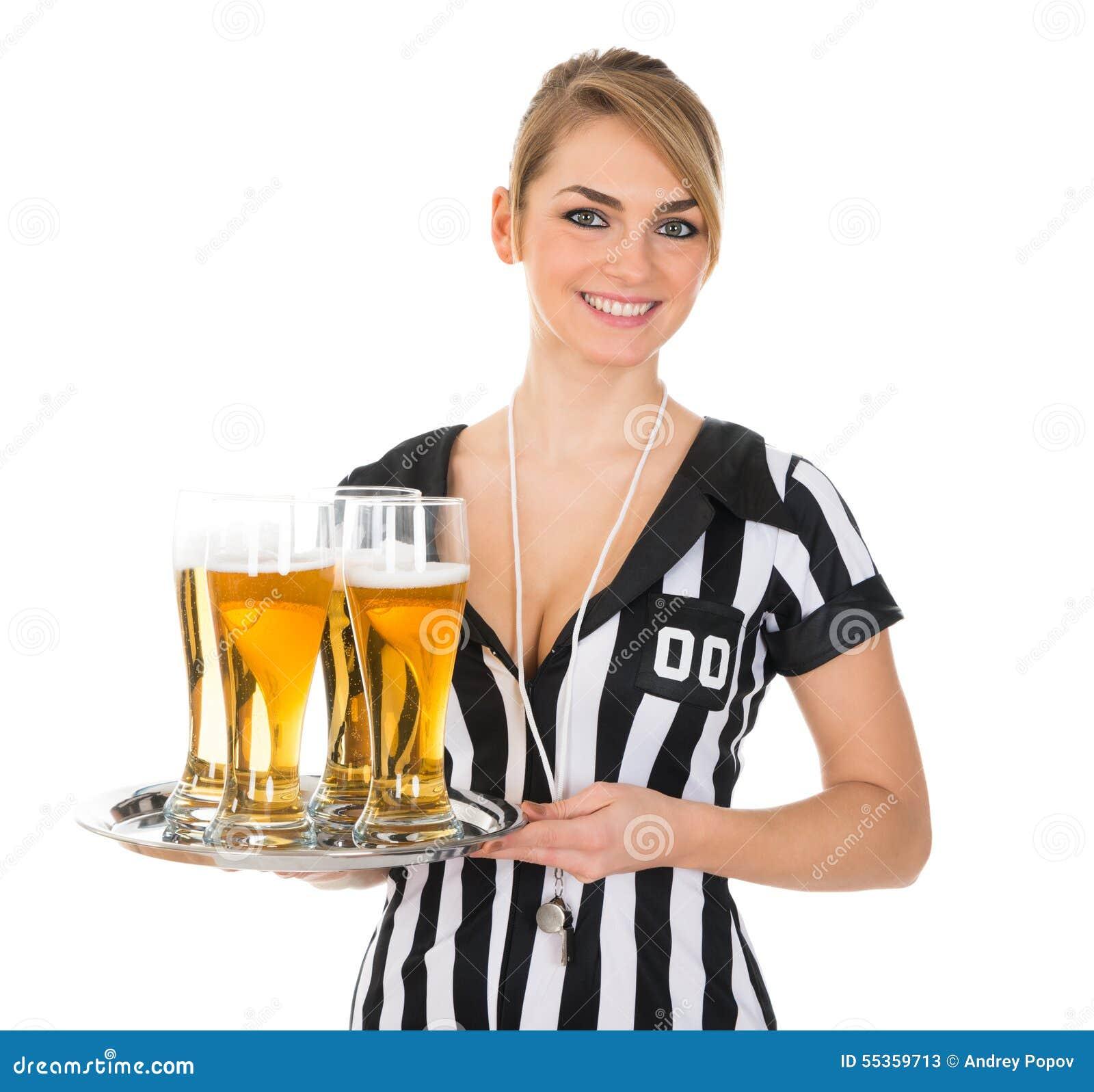 Vrouwelijke Scheidsrechter Met Glas Bier Stock Afbeelding