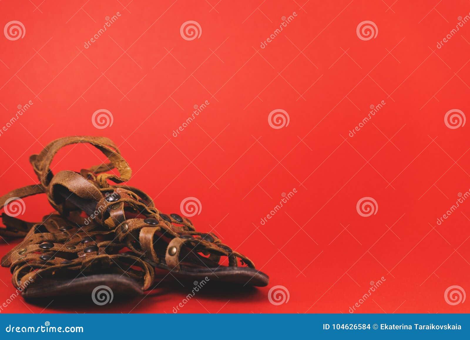 Download Vrouwelijke Schoenen Op Rode Achtergrond Stock Foto - Afbeelding bestaande uit helder, zaken: 104626584