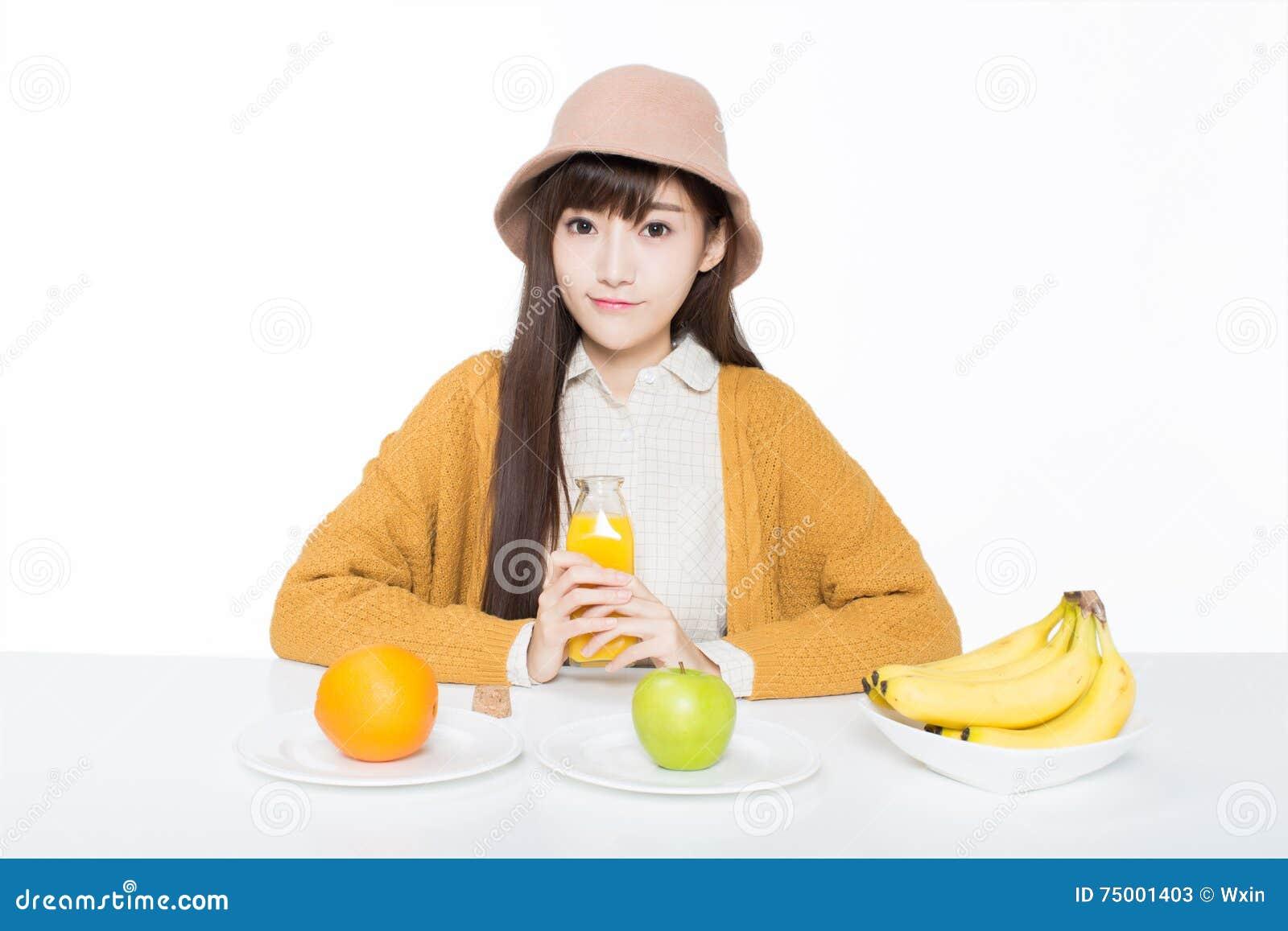 Vrouwelijke student en haar fruit en melk