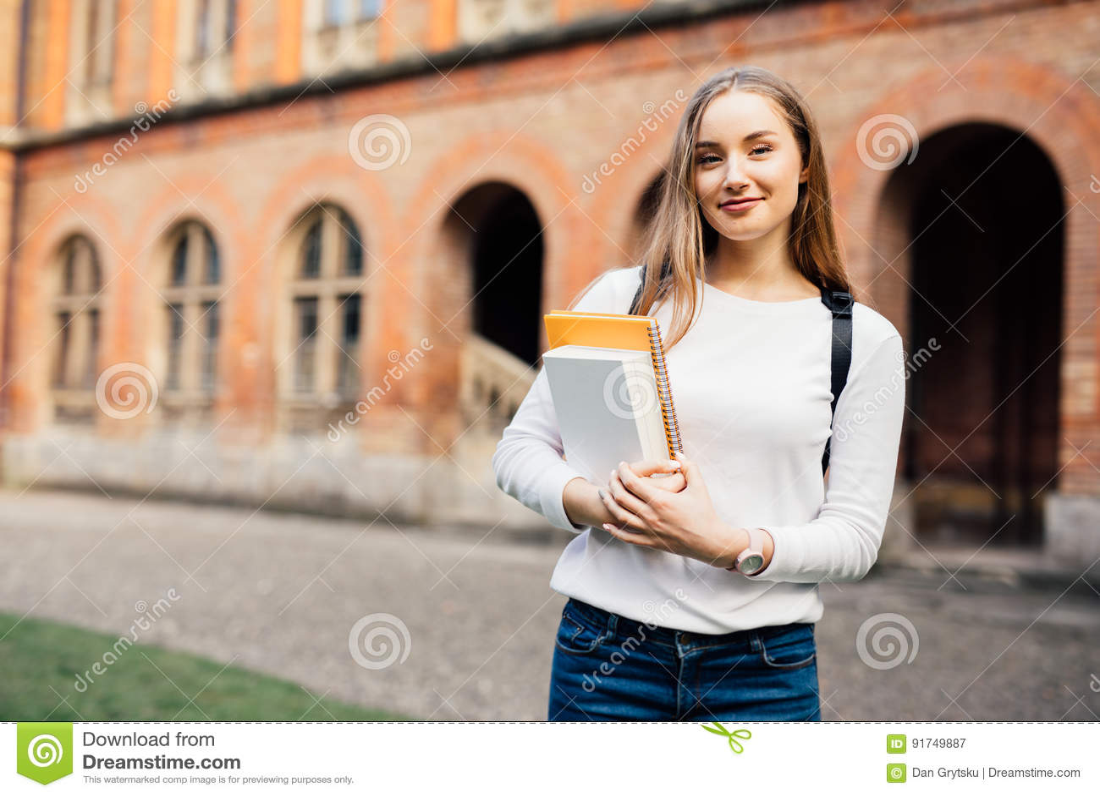 Vrouwelijke Student Gelukkig meisje op Europese universiteit voor beurs