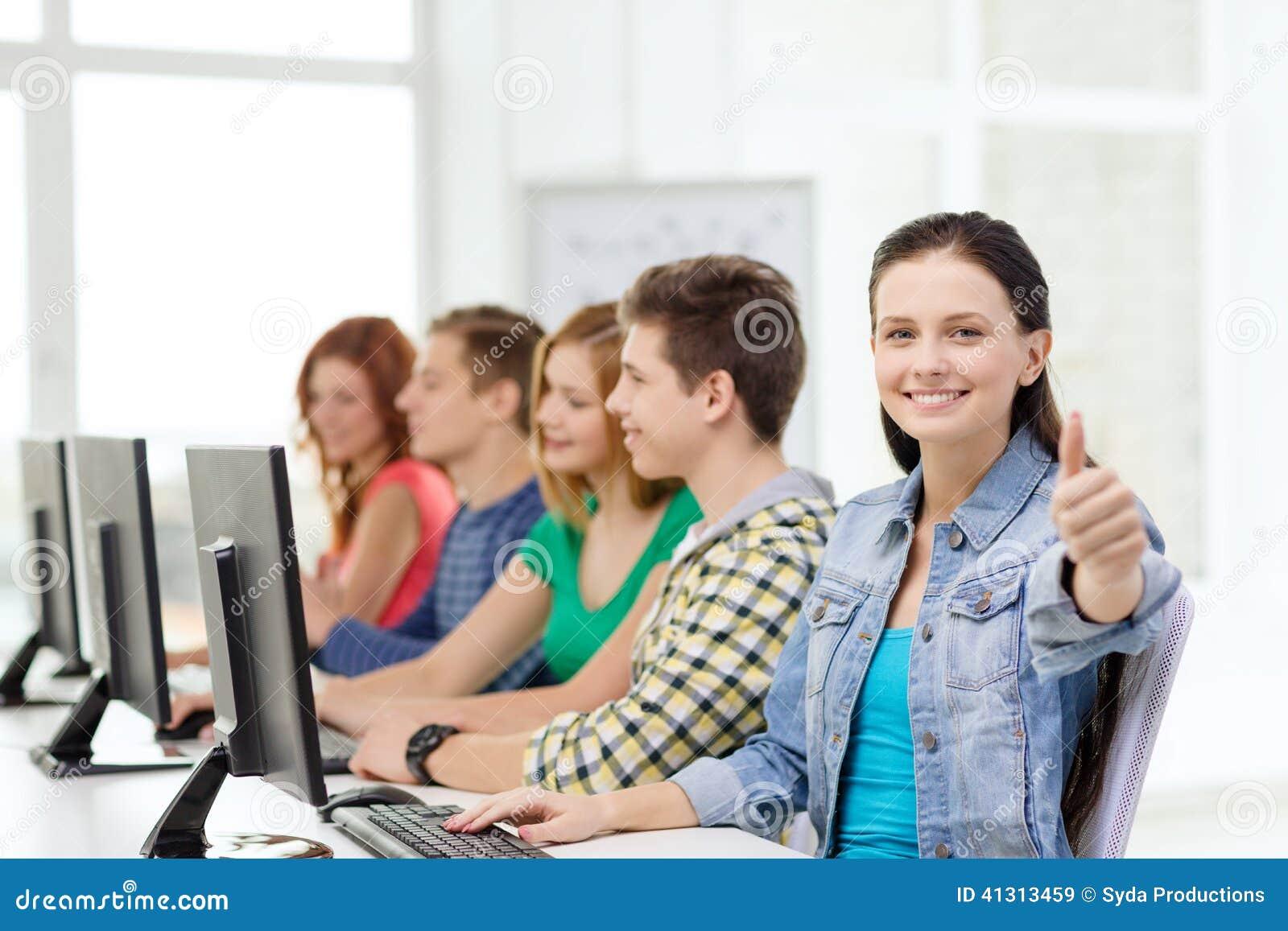 Vrouwelijke student met klasgenoten in computerklasse