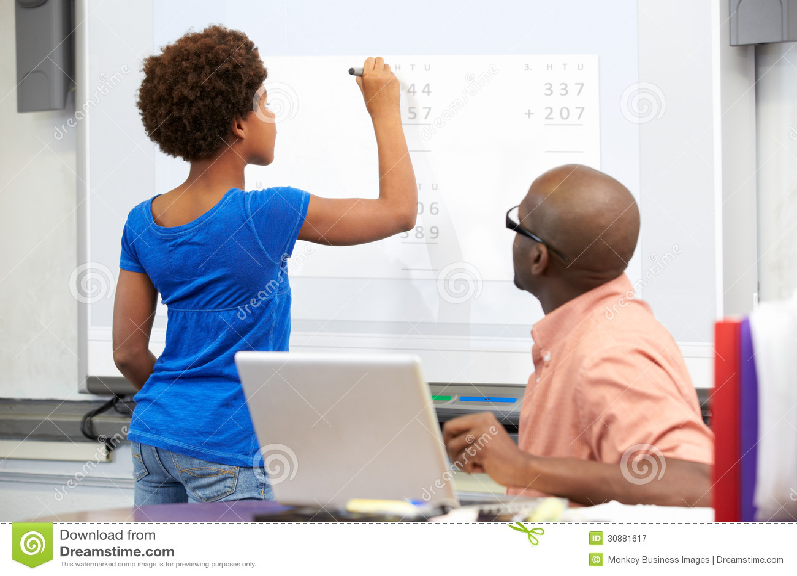 Vrouwelijke Student Writing Answer On Whiteboard